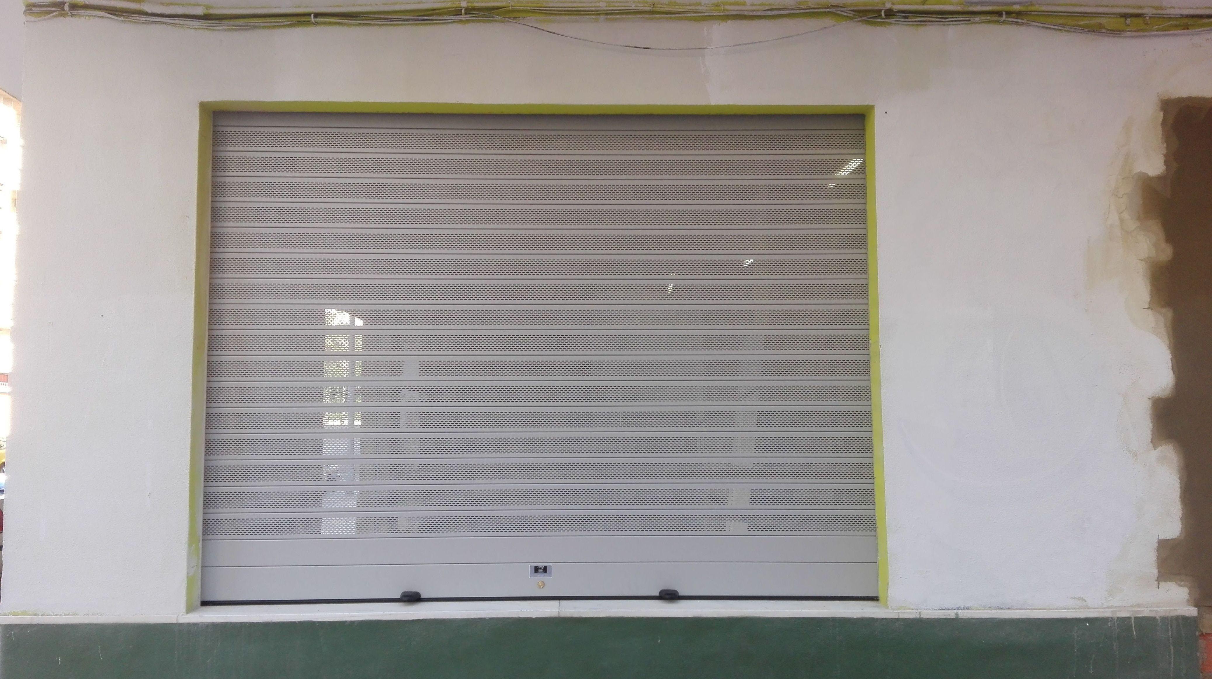 Puerta enrollable de aluminio automática lama ovalada ral 9006 gris microperforada