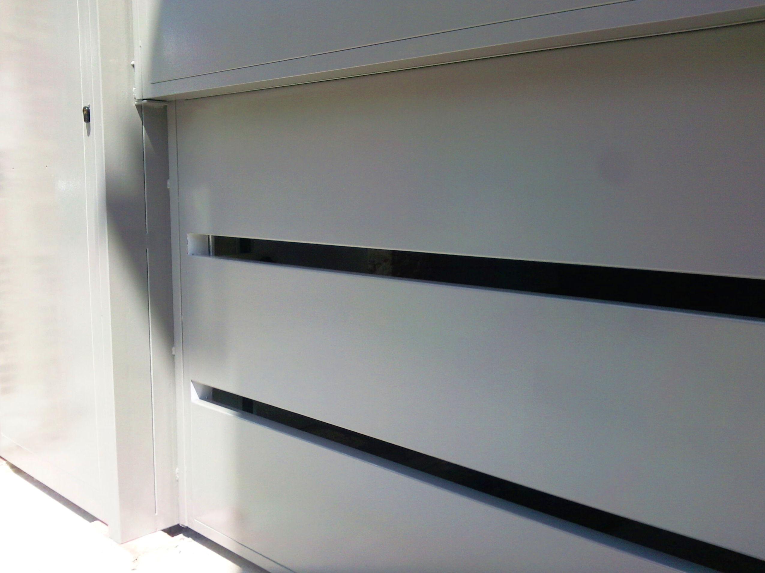 Puerta residencial guillotina 2 hojas Diseño en chapas lisas