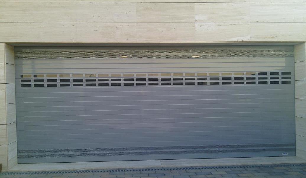 Puerta Enrollable de Aluminio ventilación e iluminación