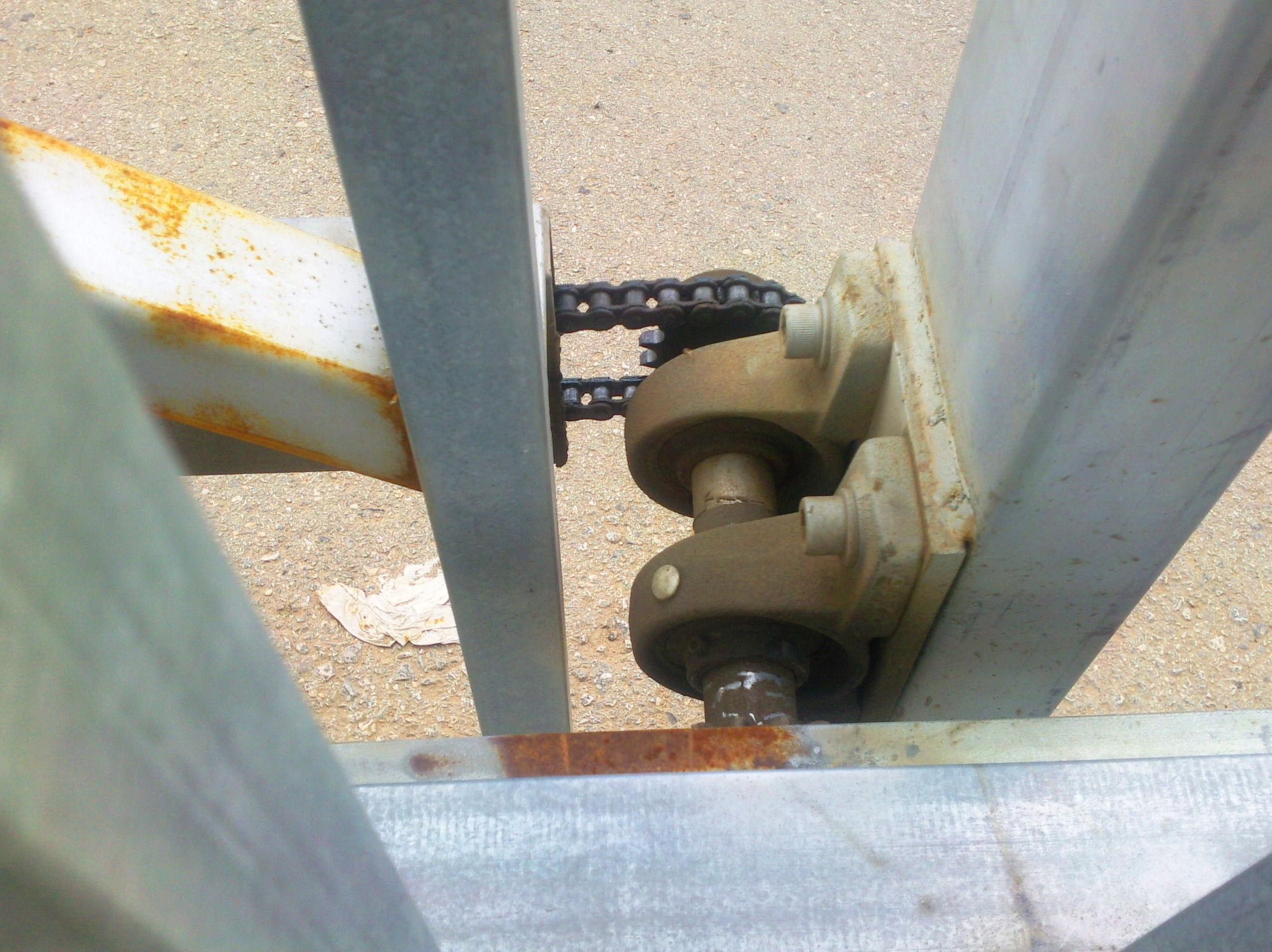 Herraje con piñón de cadena de unión parar puerta corredera telescópica