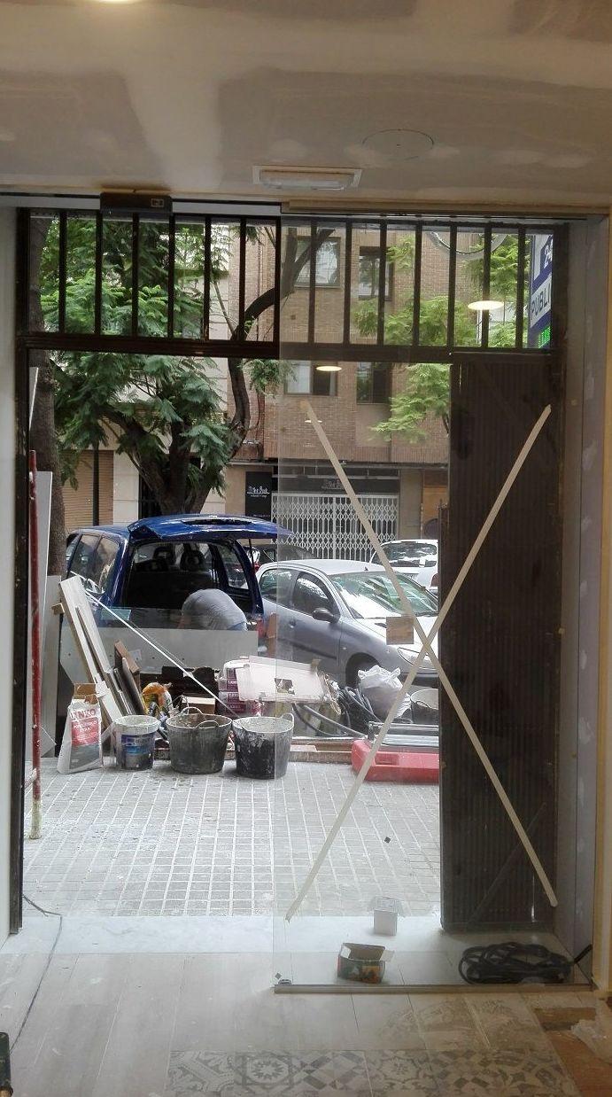 Puerta cristal corredera automática sobre falso techo Panadería