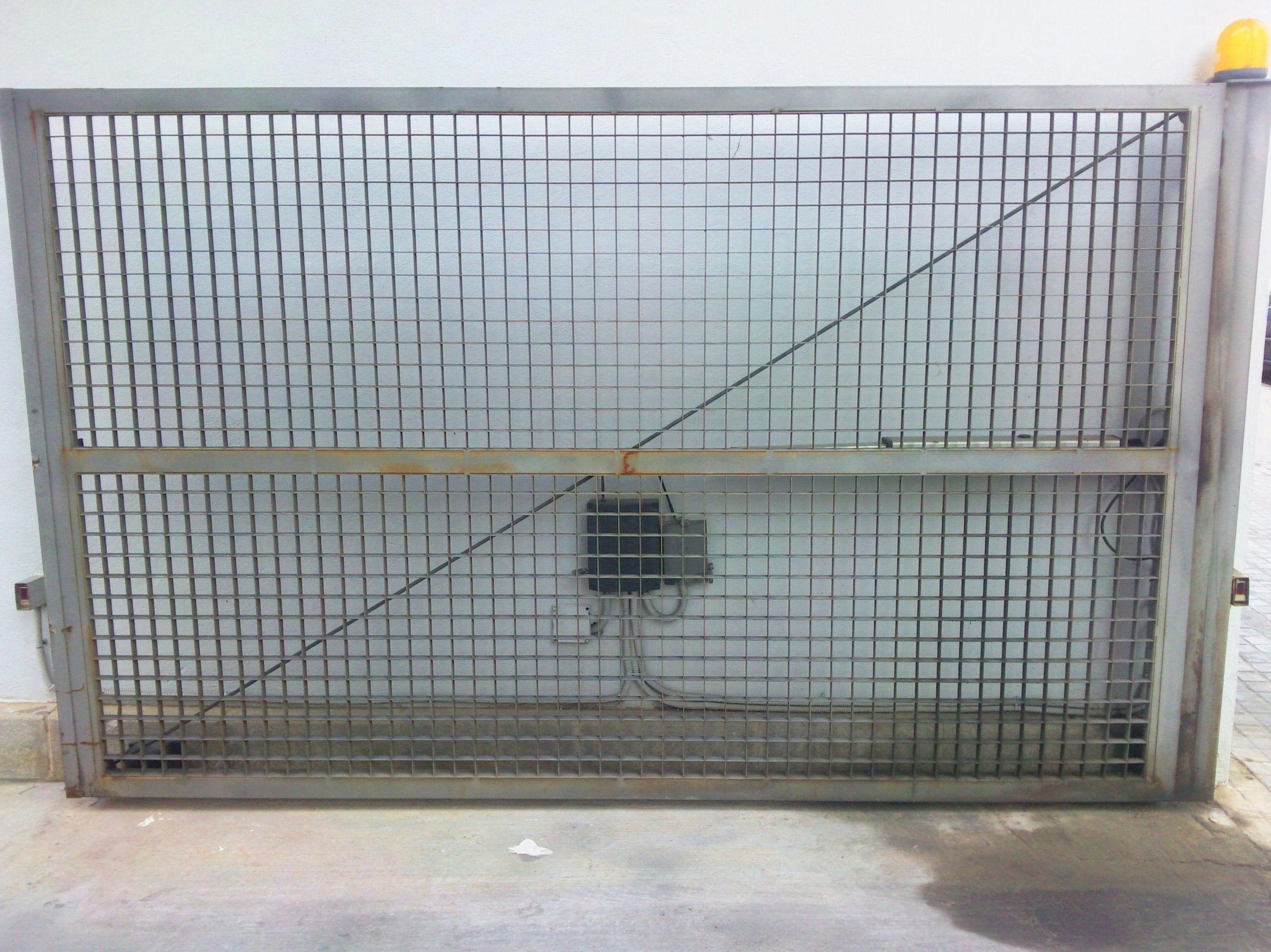 Puerta metálica batiente automática de rejilla ventilada