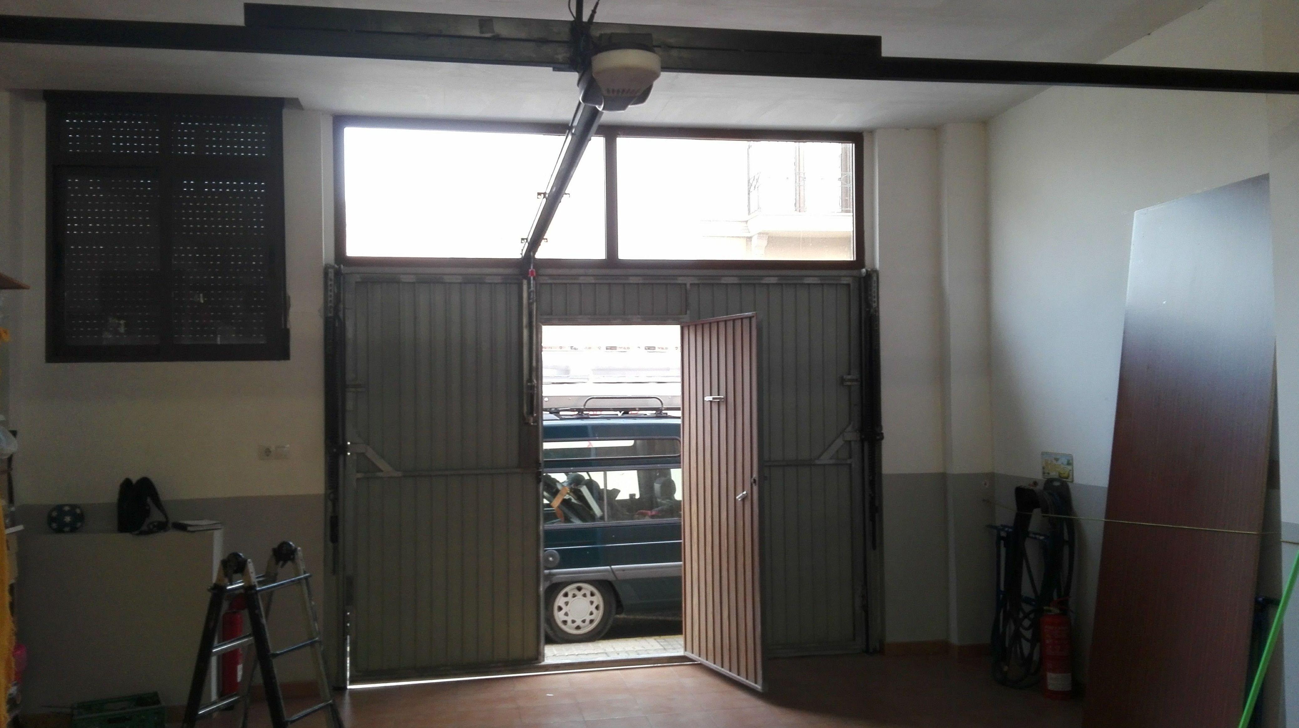 Puerta basculante de muelles no desbordante automática con herraje curvo