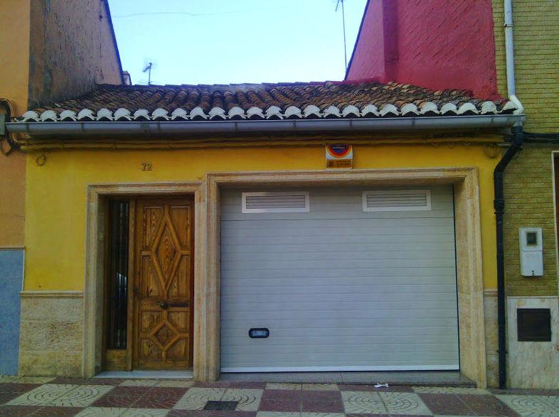 Puerta Seccional con rejillas de ventilación