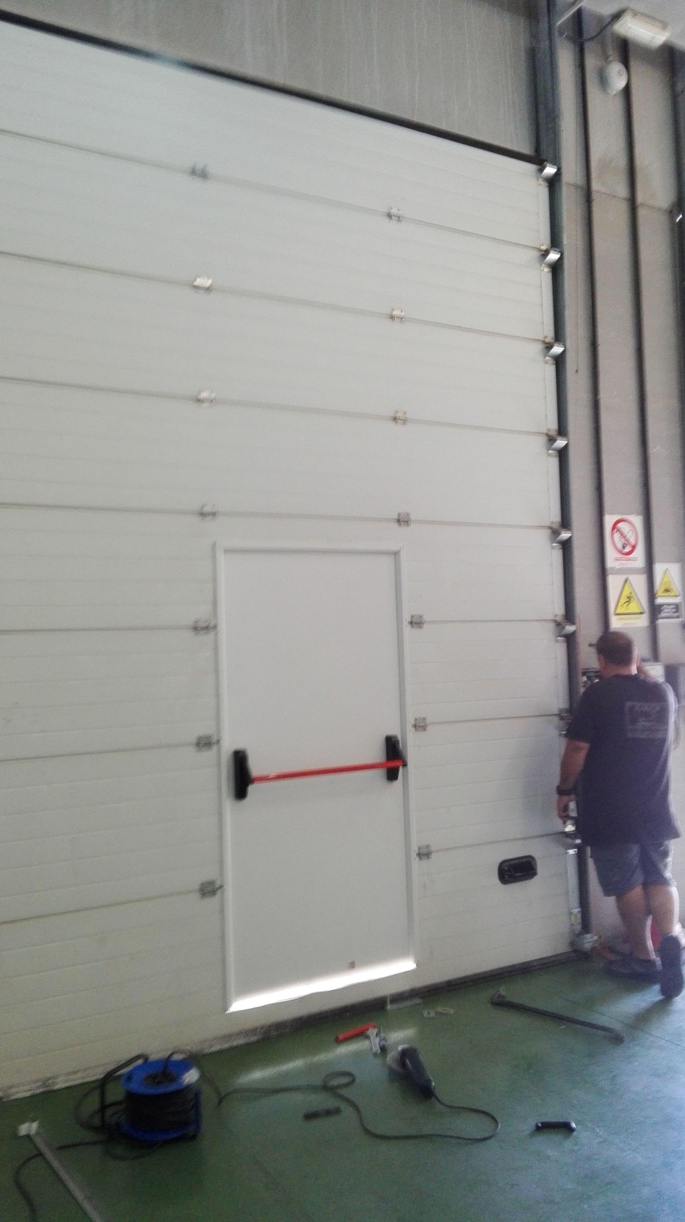 Colocación de puerta peatonal en puerta seccional