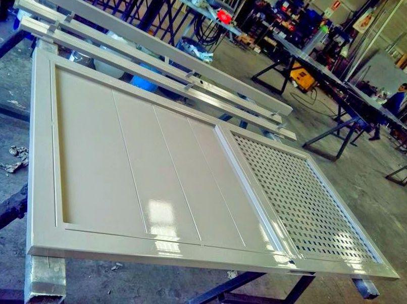 Puerta galvanizada con pintura dos componentes de poliuretano