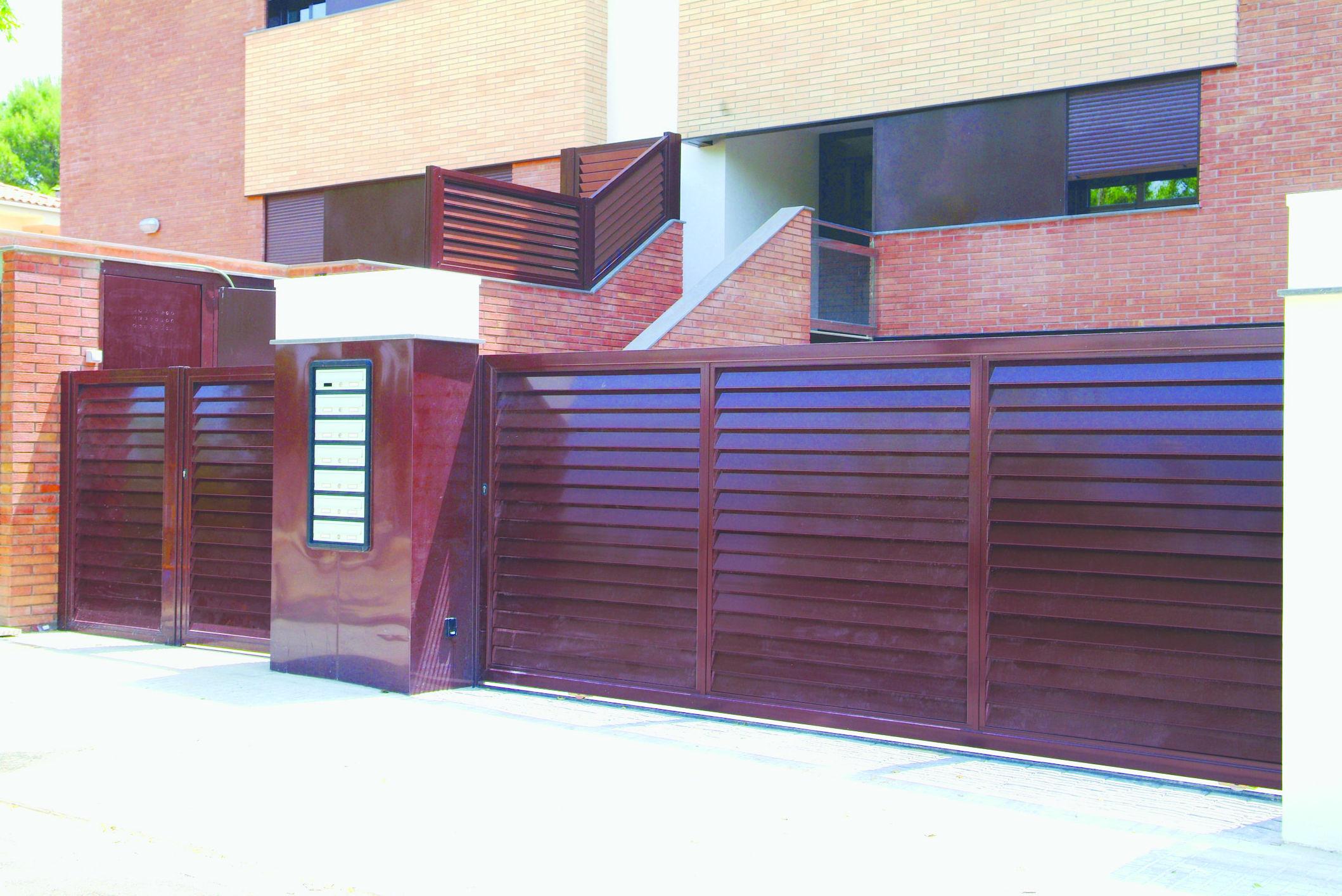 Puertas y valla de aluminio comunitaria tipo mallorquina vierte aguas