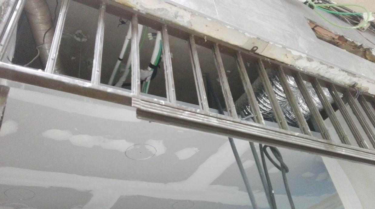 Puerta cristal corredera automática 1 hoja sobre falso techo Panadería