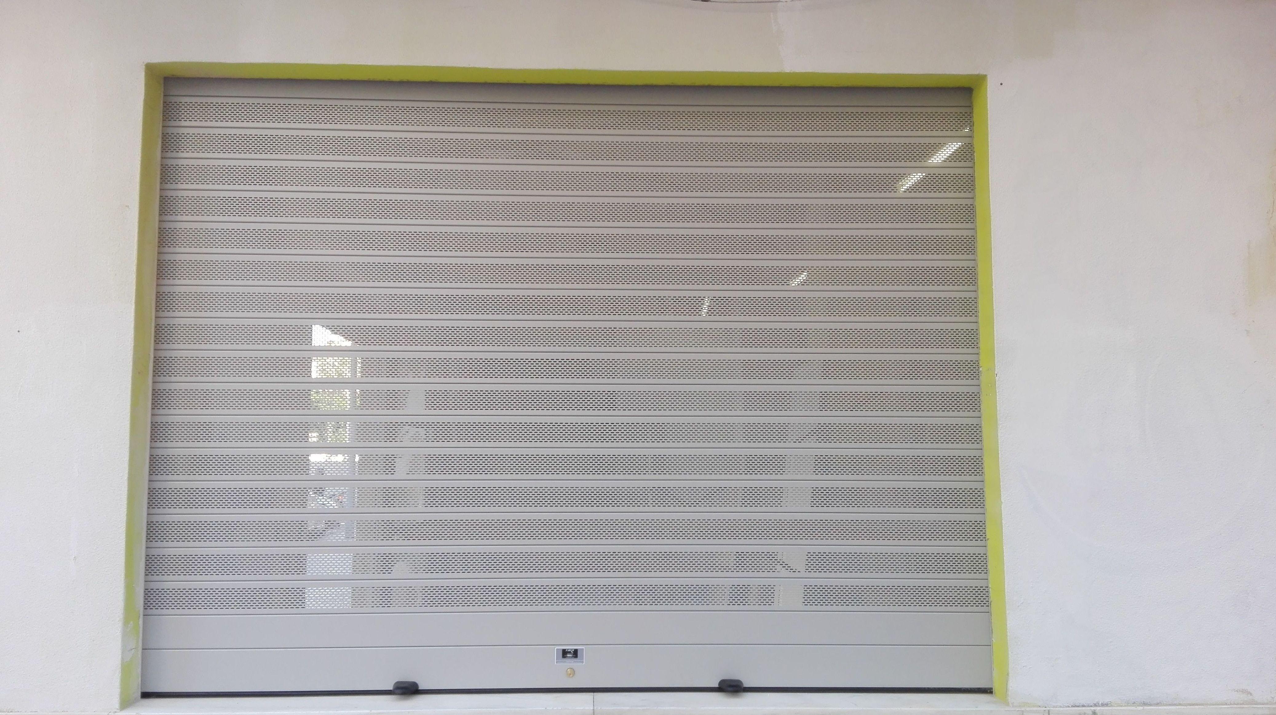 Puerta enrollable de aluminio automática lama microperforada ovalada ral 9006 gris