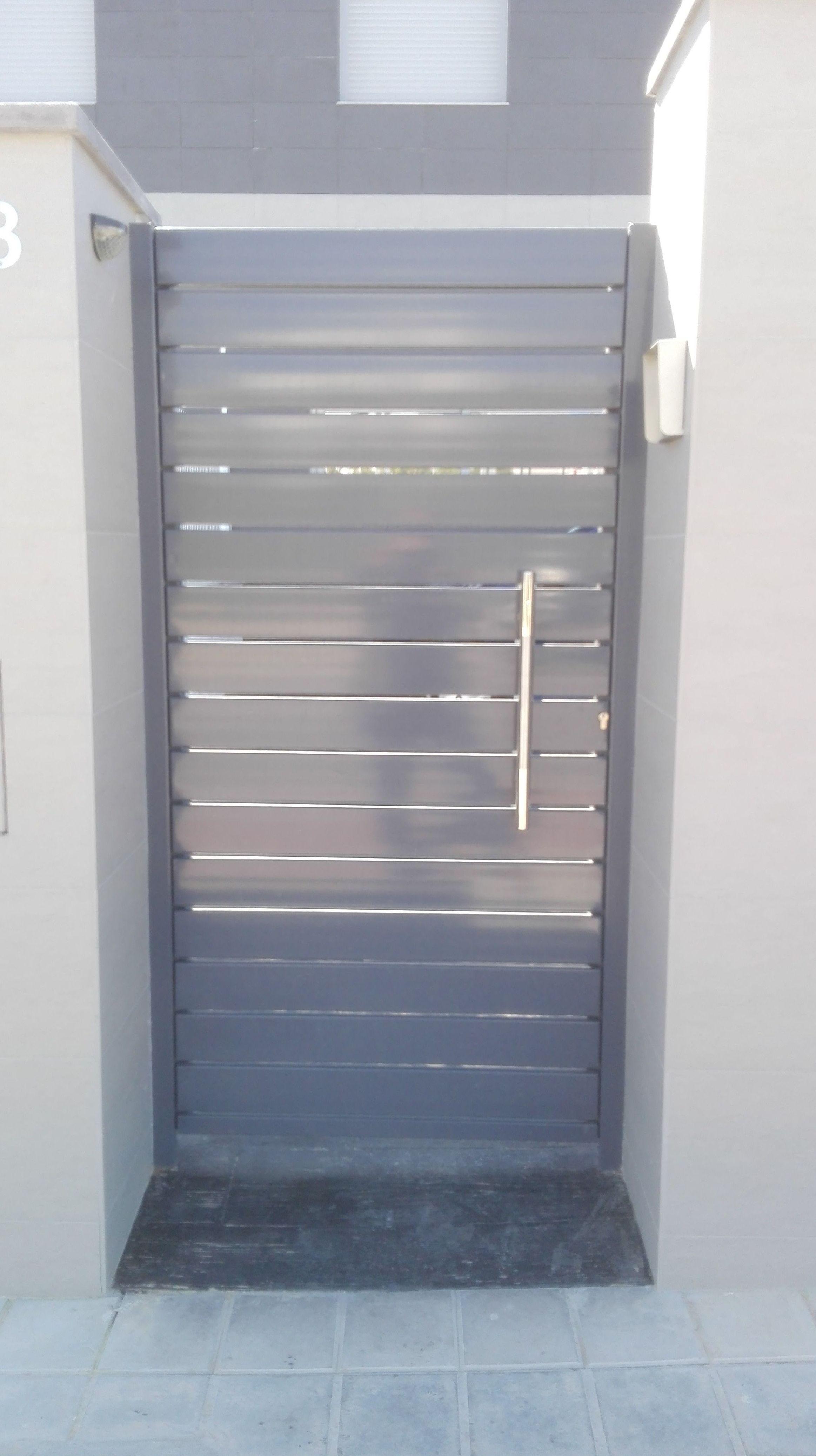 Puerta peatonal de aluminio lacada tirador inoxidable