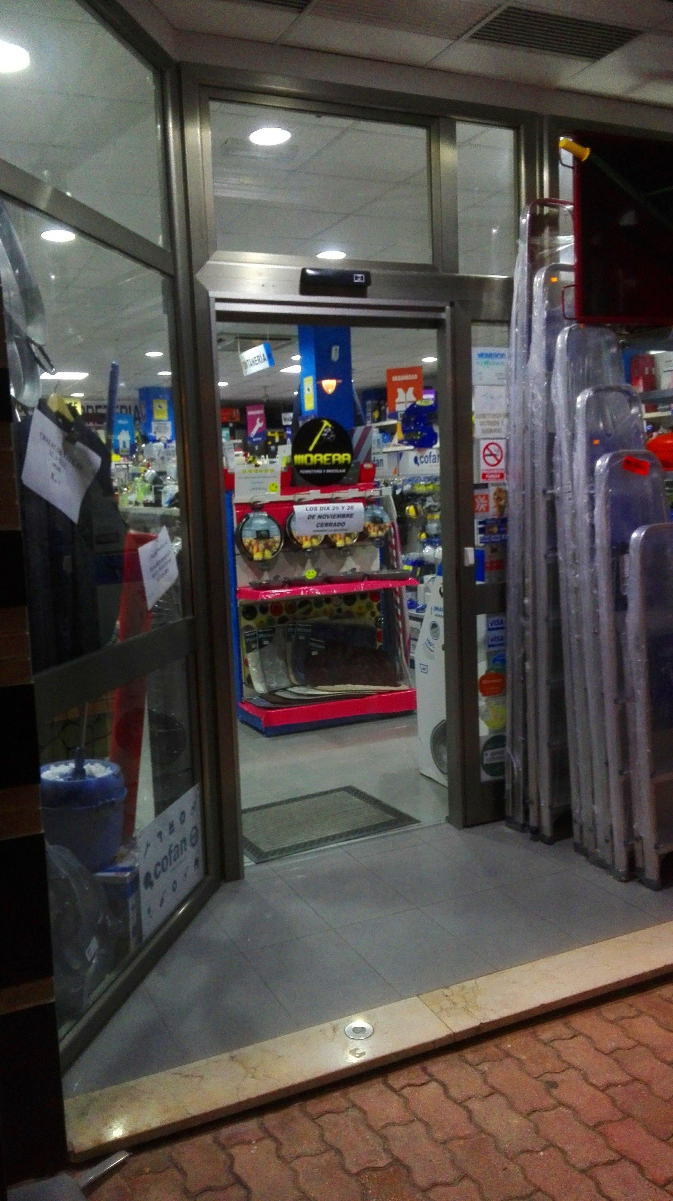 Puerta de cristal automática 1 hoja corredera sobre mismo frente de aluminio existente