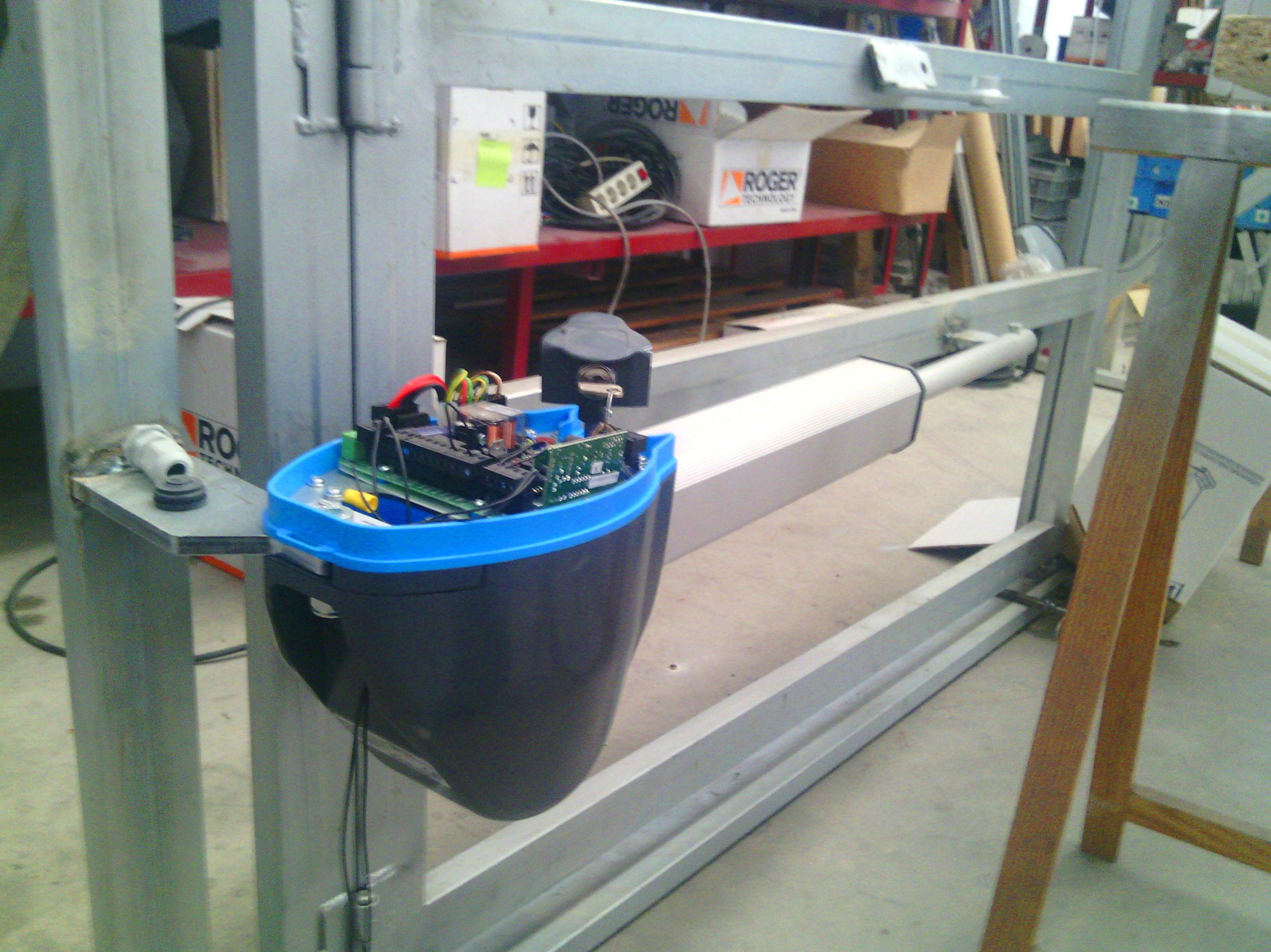 Motor para puerta batiente electromecánico 24 Voltios con cuadro incorporado