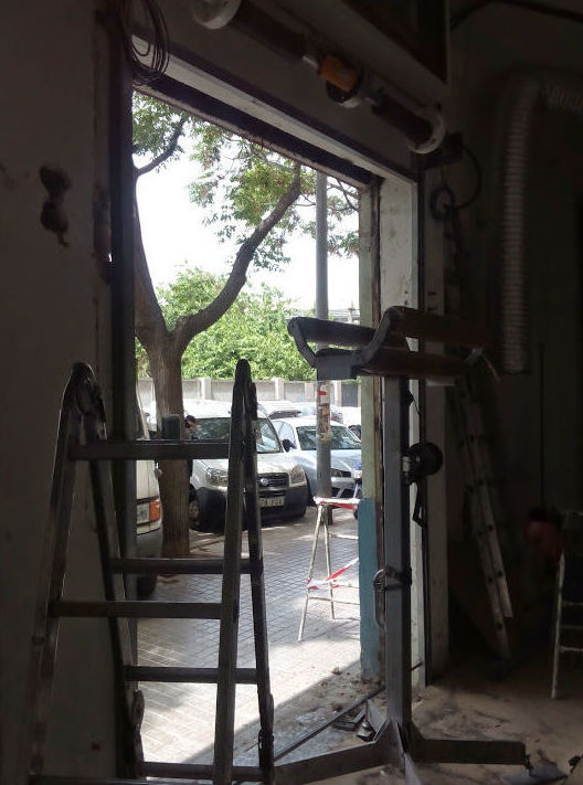 Montaje puerta metálica enrollable automática