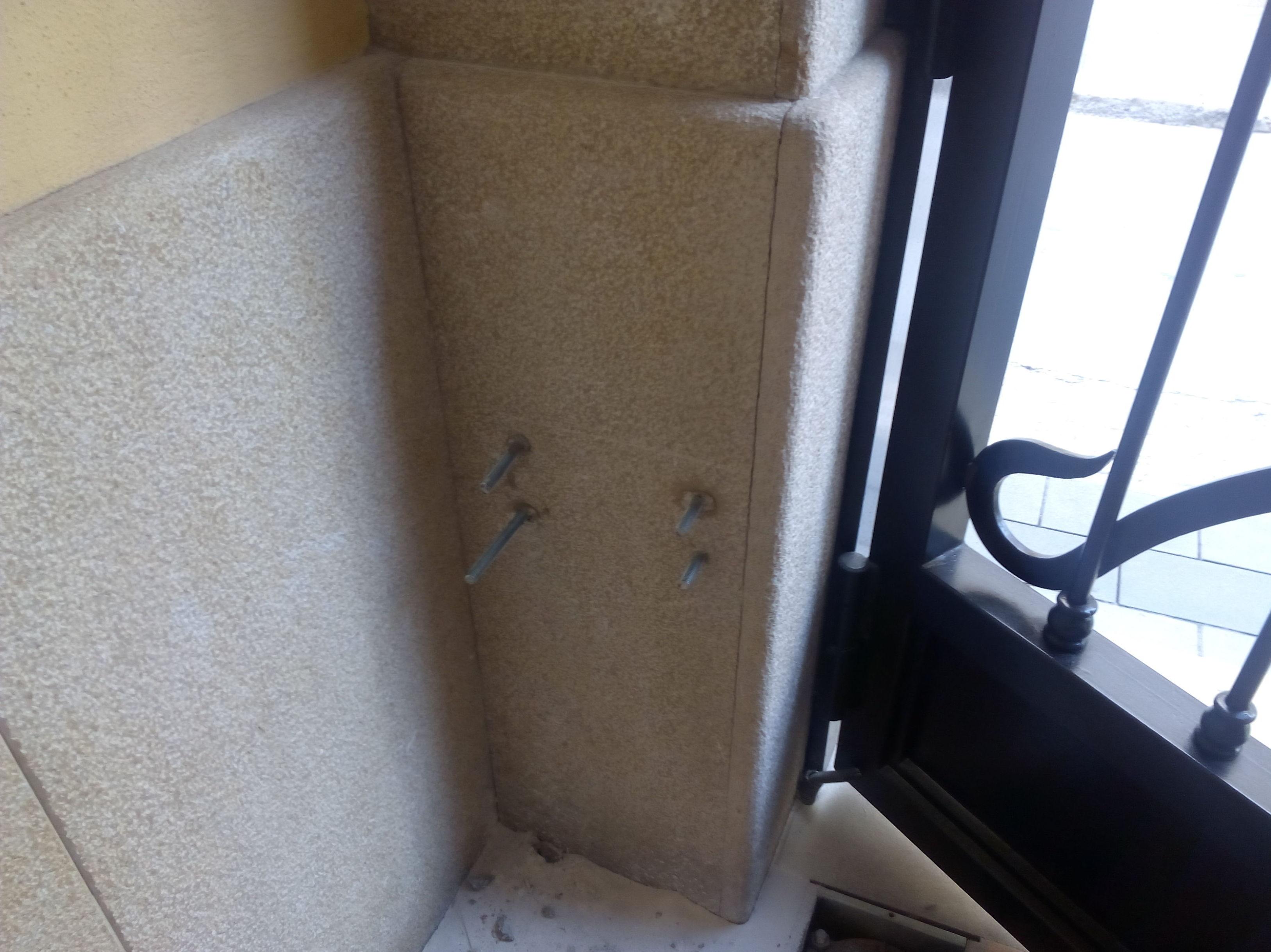 Espacio de pilar para motor puerta batiente articulado