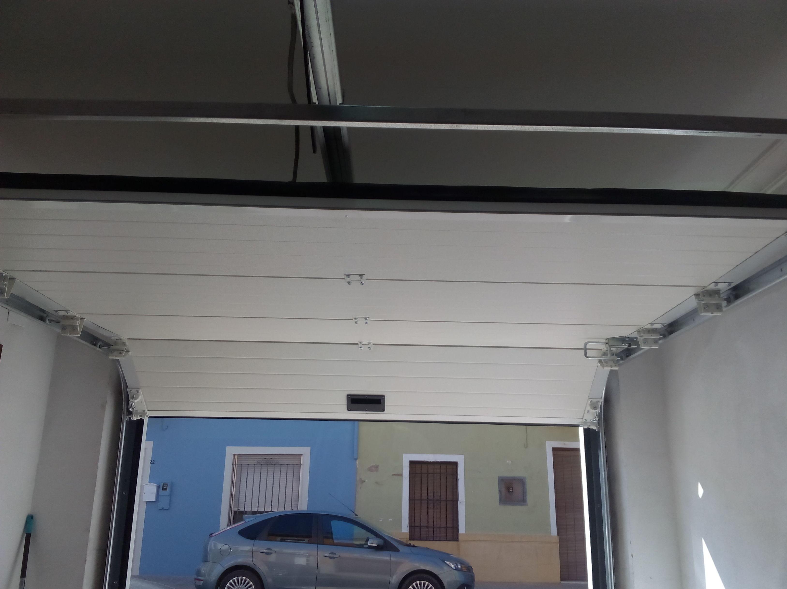 Puerta seccional automática guías al techo
