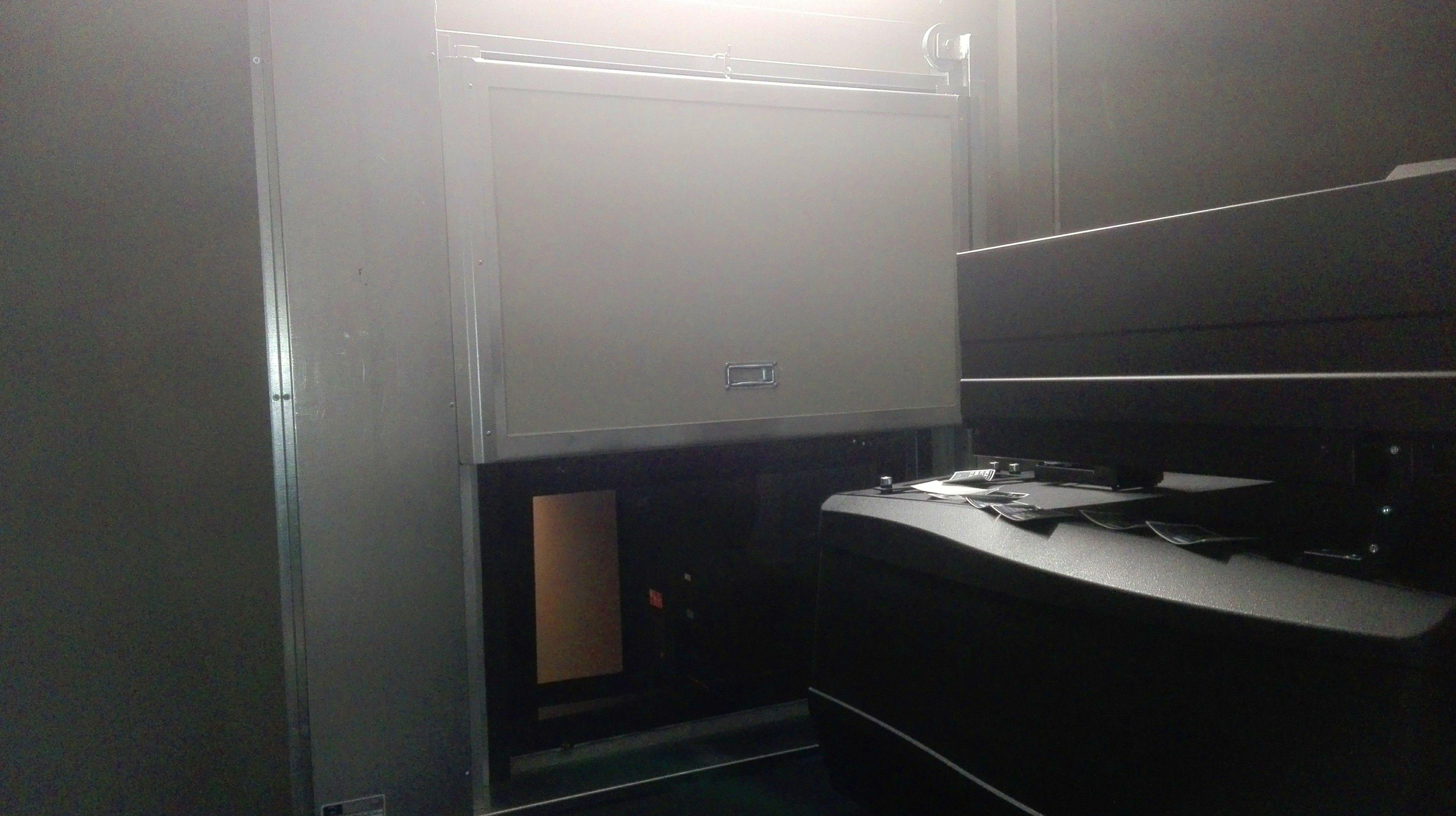 Puerta de guillotina cortafuegos  ,separación de reproductor en sala de cines