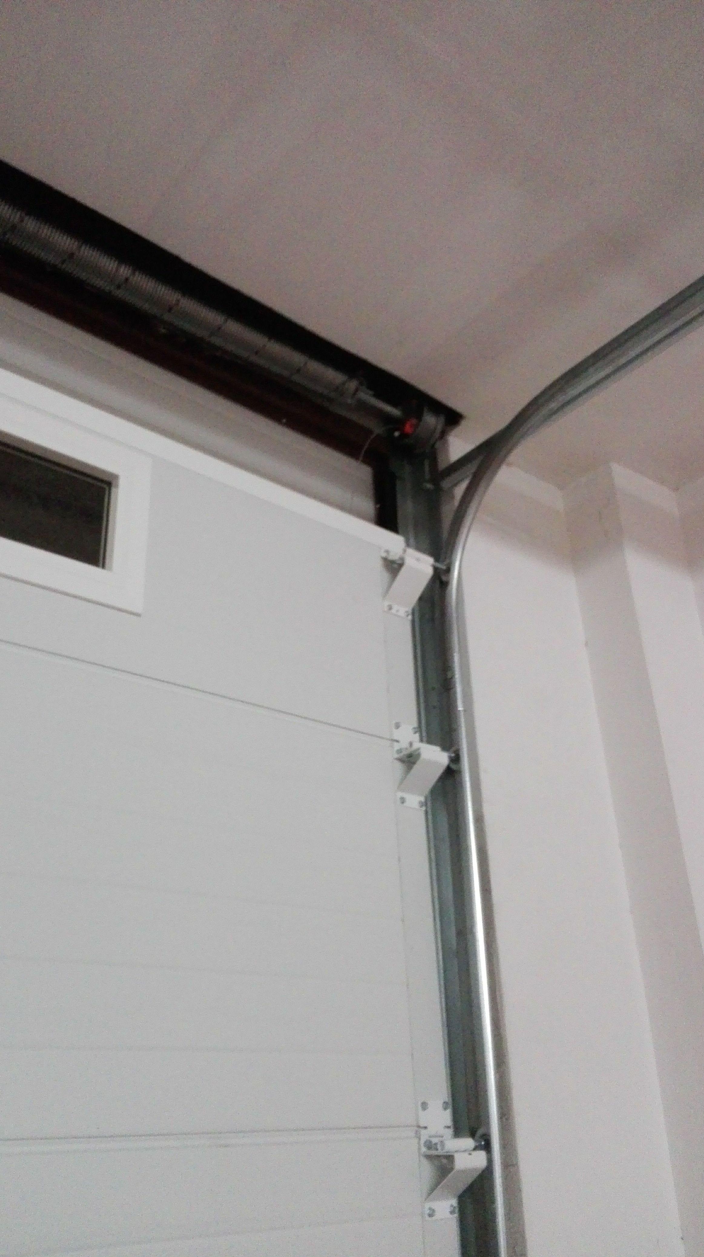 Montaje de puerta seccional con mirillas superiores