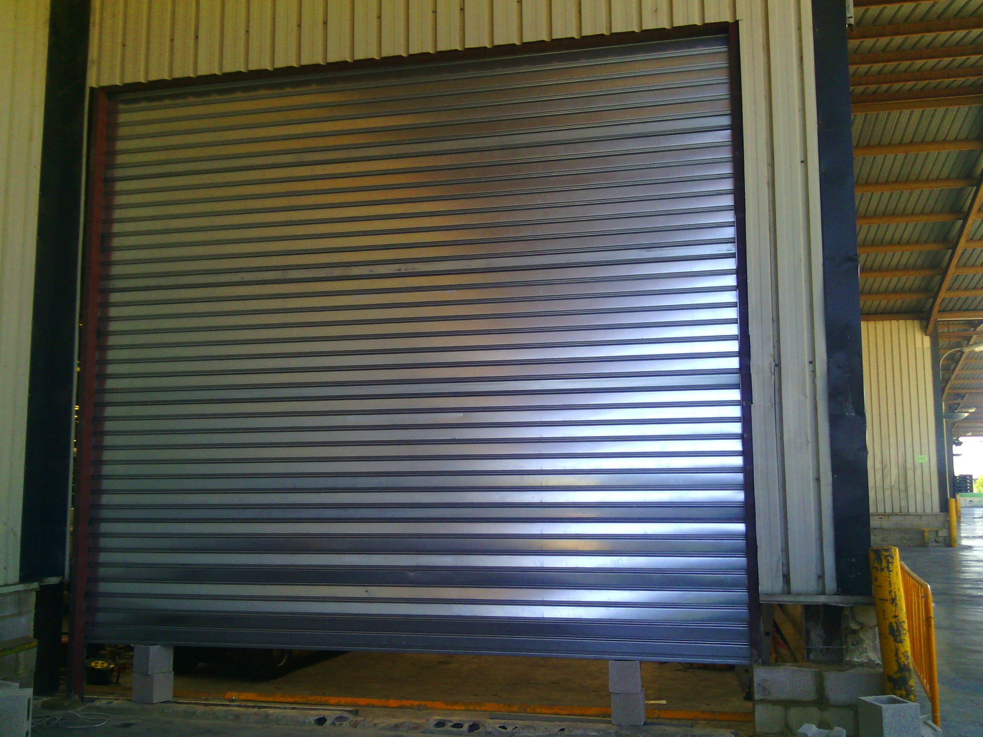 Montaje de puerta metálica enrollable grande