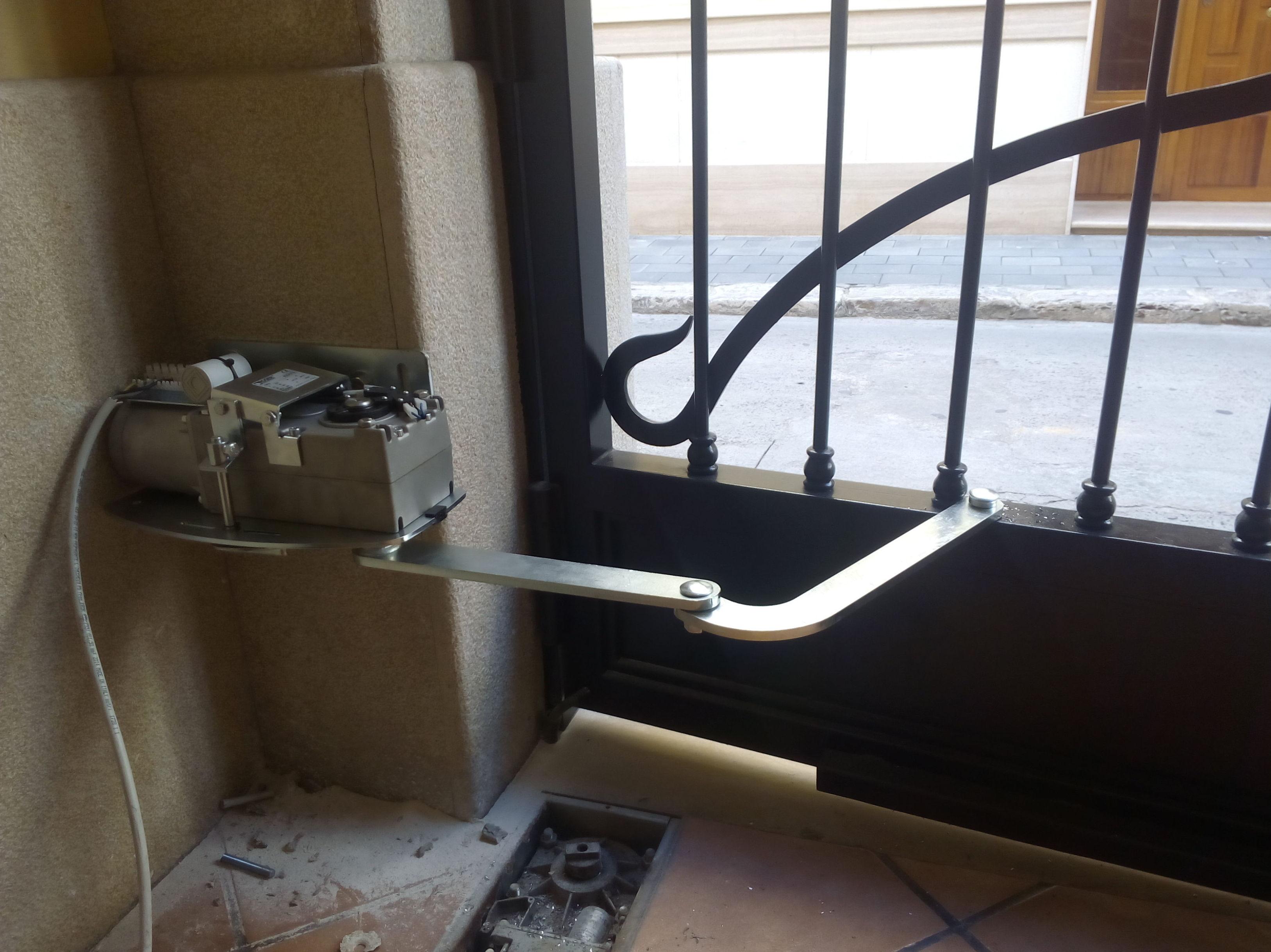 instalación de motor articulado de puerta batiente