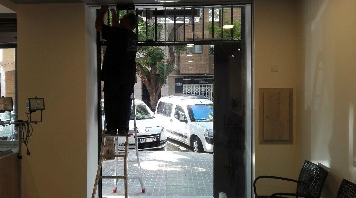 Puerta de cristal corredera automática radar sobre falso techo Panadería