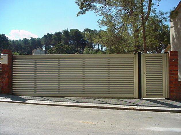 Puerta Corredera de aluminio lamas vierteaguas tipo mallorquina imitación inoxidable