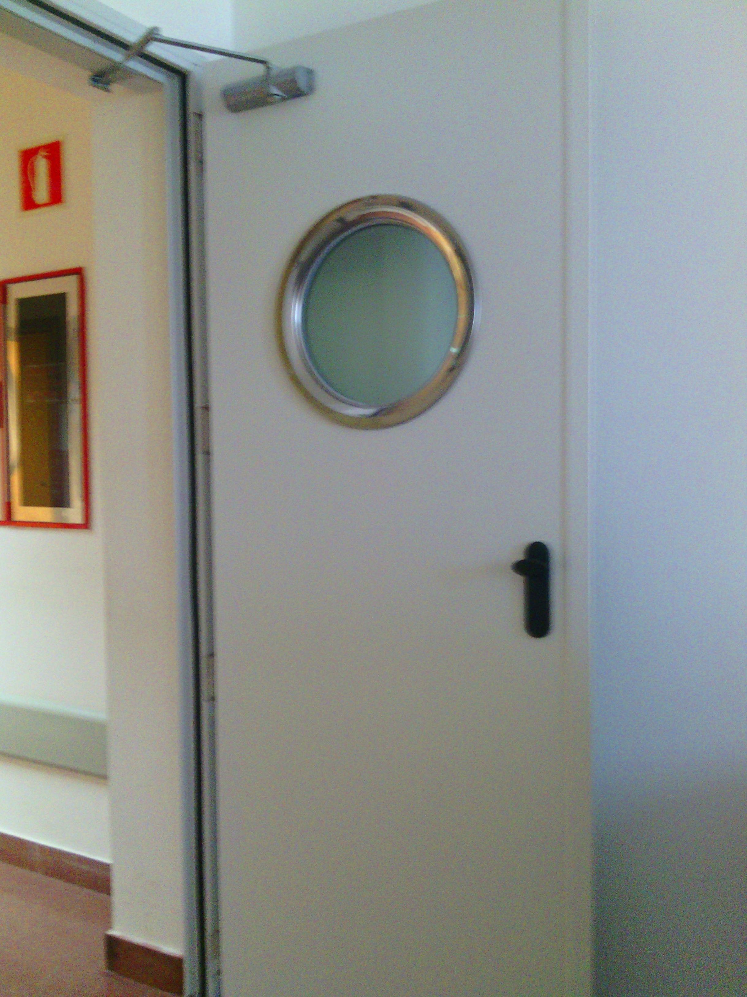 Puerta batiente cortafuegos con mirilla y cierra puertas articulado