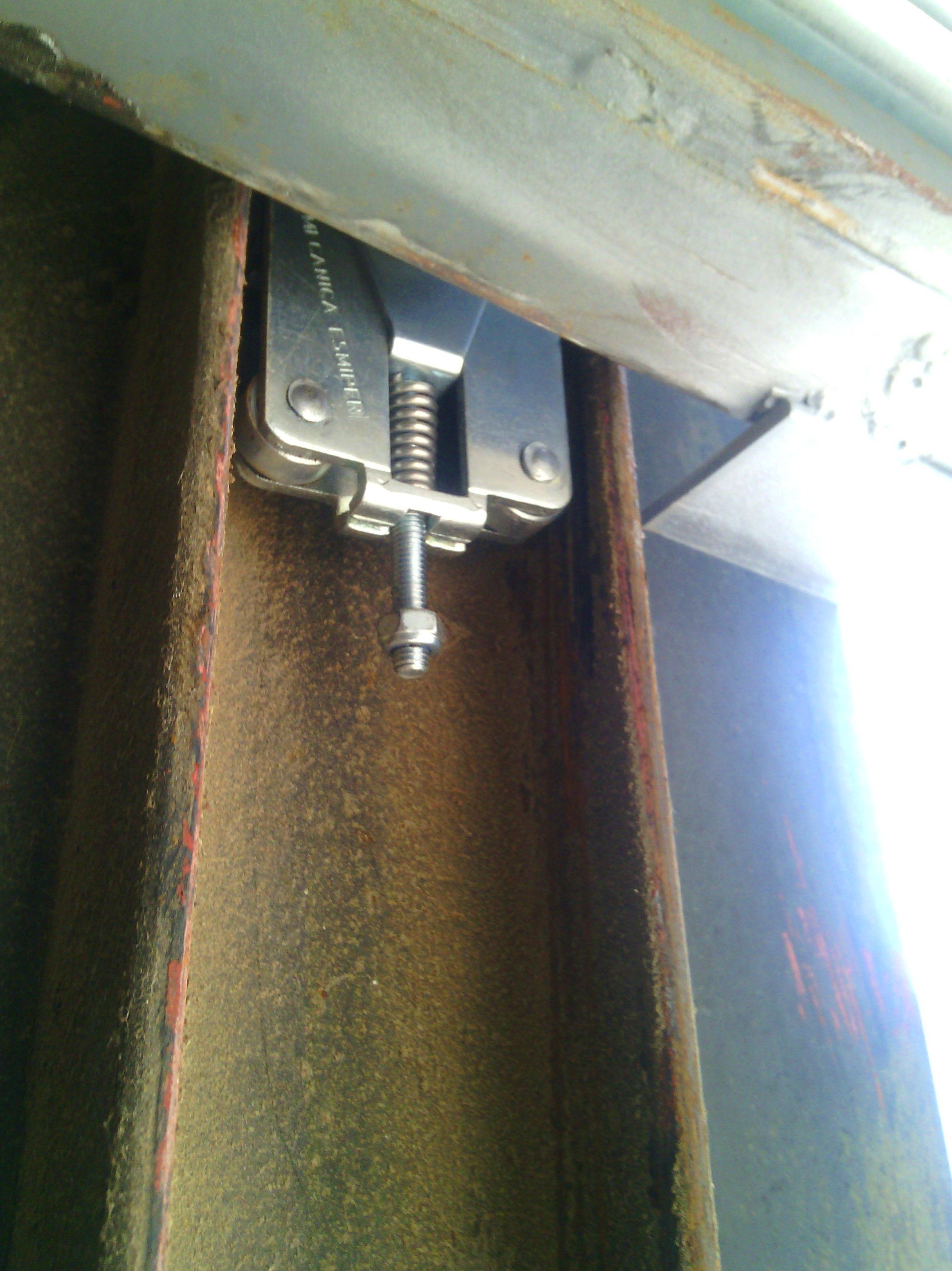 Sistema de seguridad por rotura de cables en puertas de contrapesos (paracaídas)