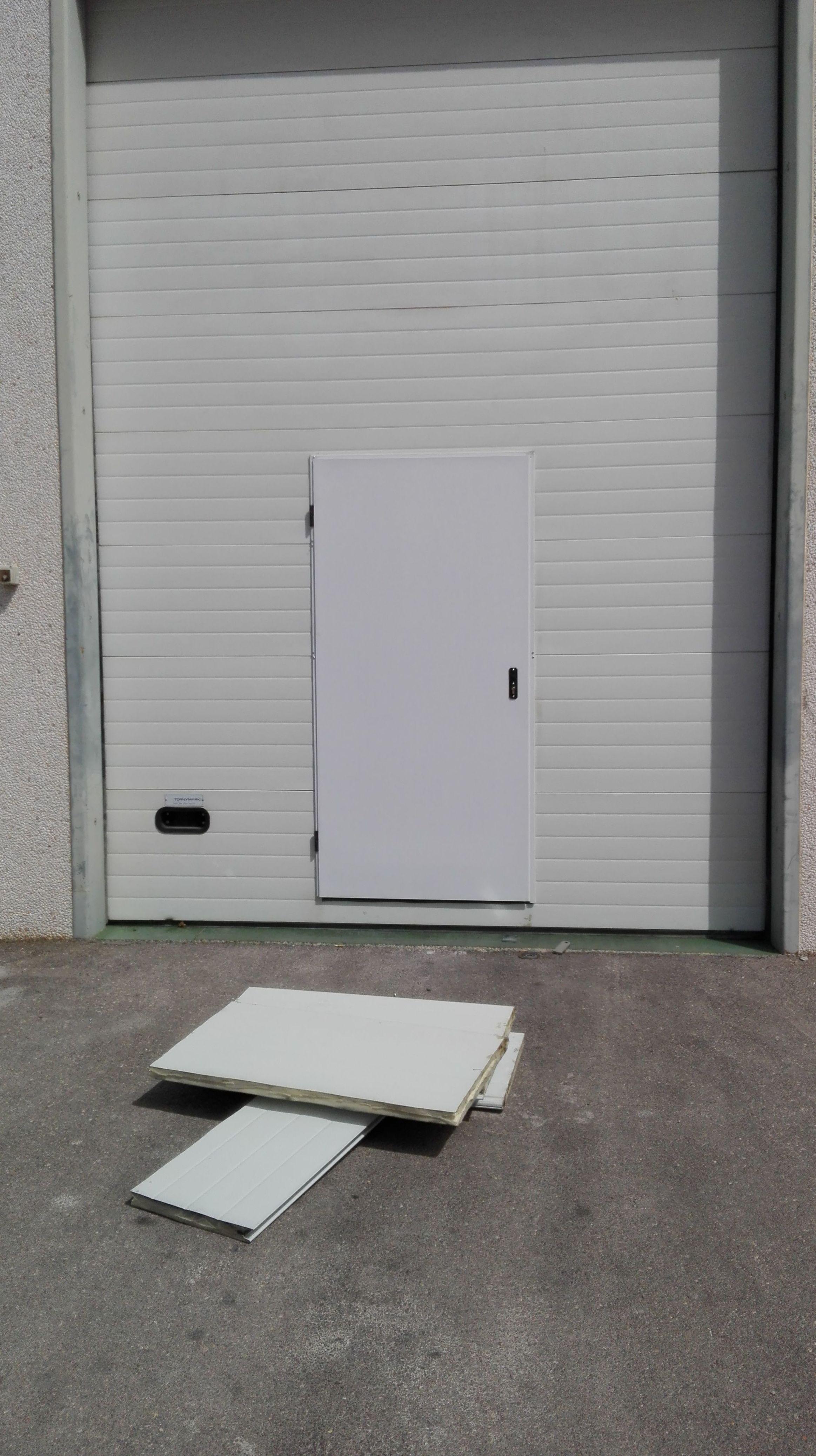 puerta peatonal incorporada en puerta seccional salida de emergencia