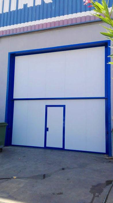 Puerta automática guillotina industrial de panel