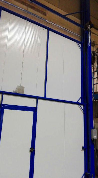 Puerta guillotina industrial de panel sándwich