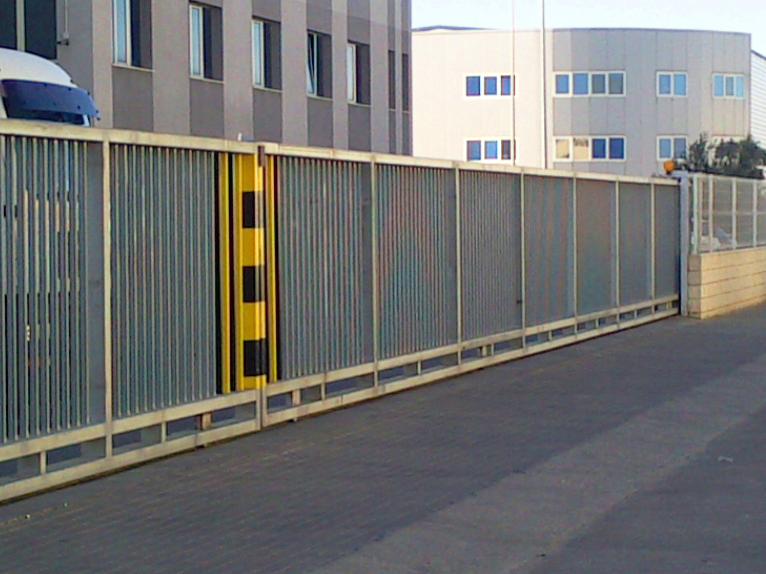 Puerta cancela corredera de barrotes galvanizada industrial de 20 metros