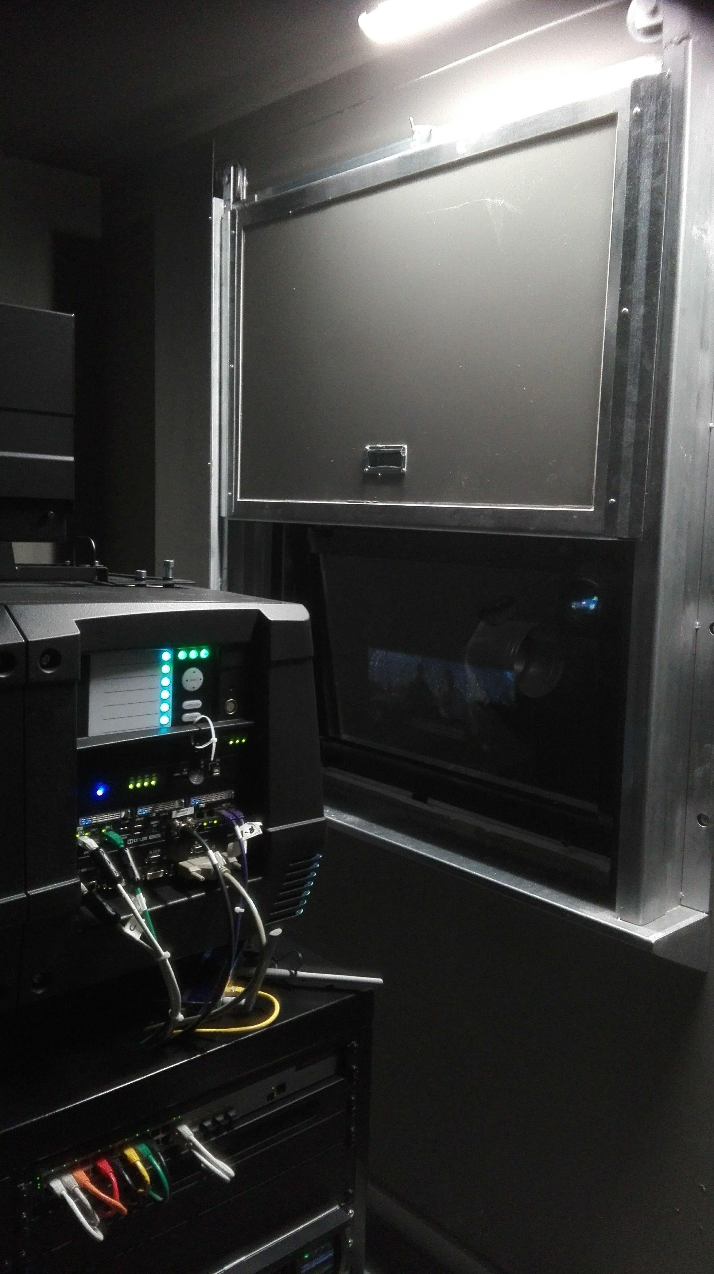 Puerta tipo Ventana de guillotina cortafuegos proyector de cine en marcha