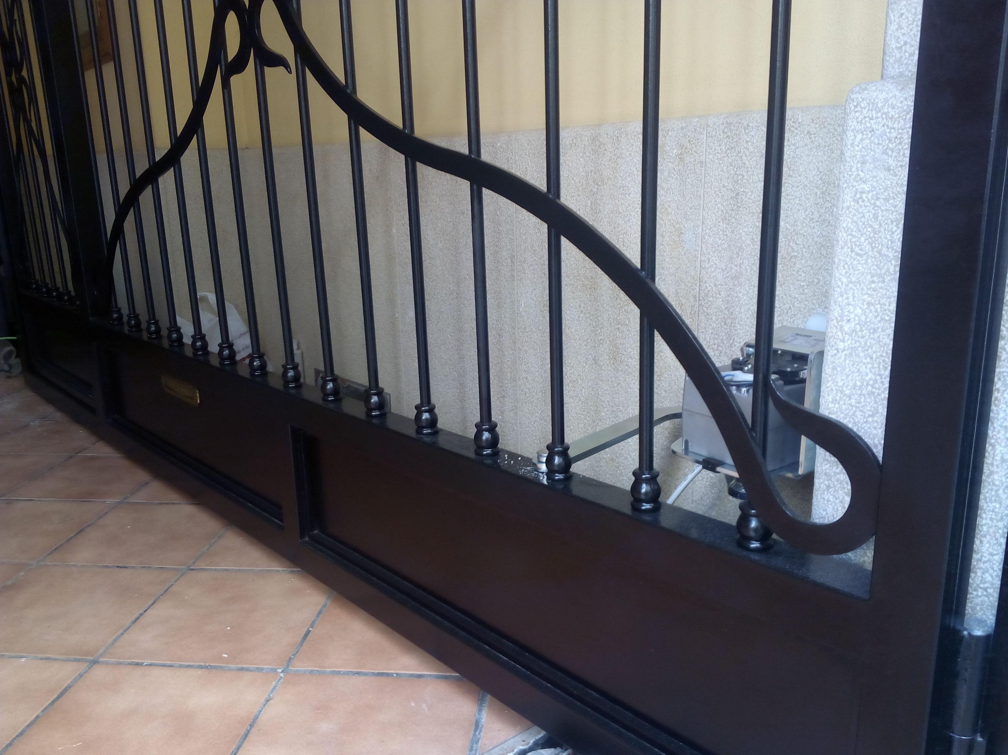 instalación de motor con brazo articulado de puerta batiente