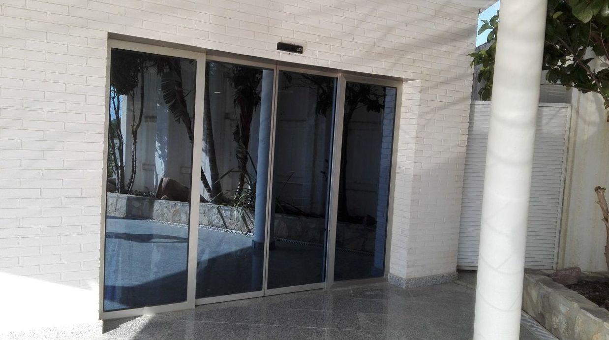 Puerta corredera automática 2 hojas de cristal perfiladas Paterna