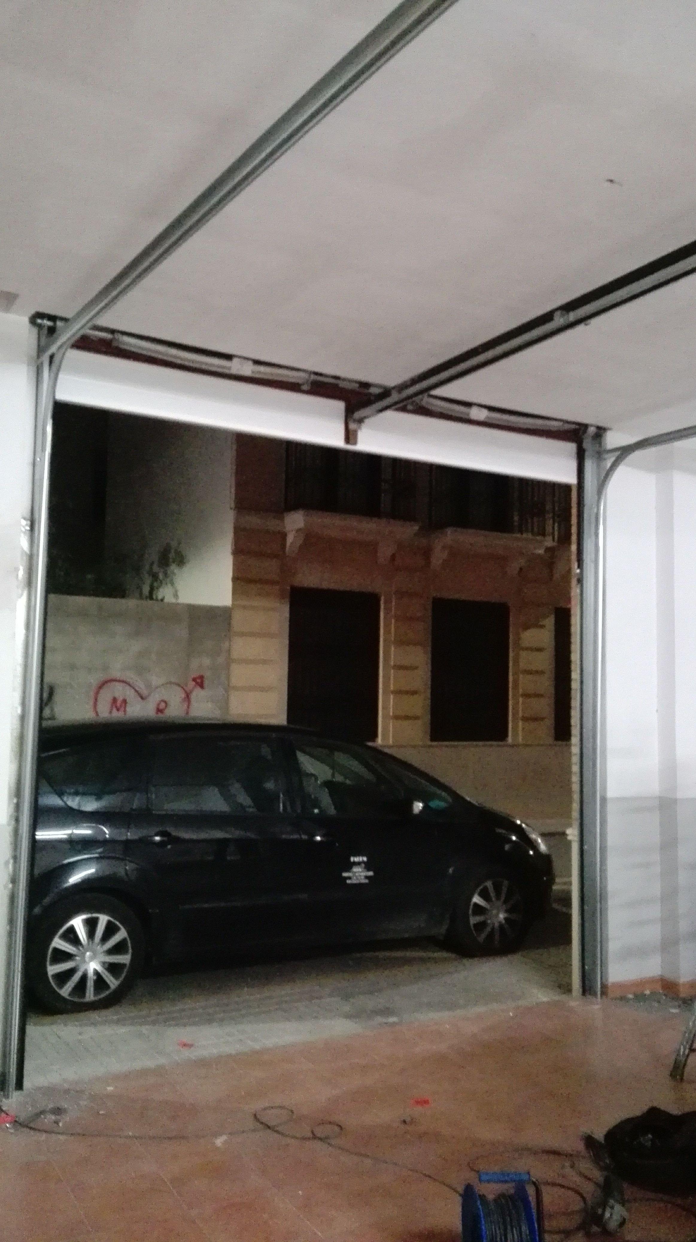 Montaje de puerta seccional con imposta fijo superior