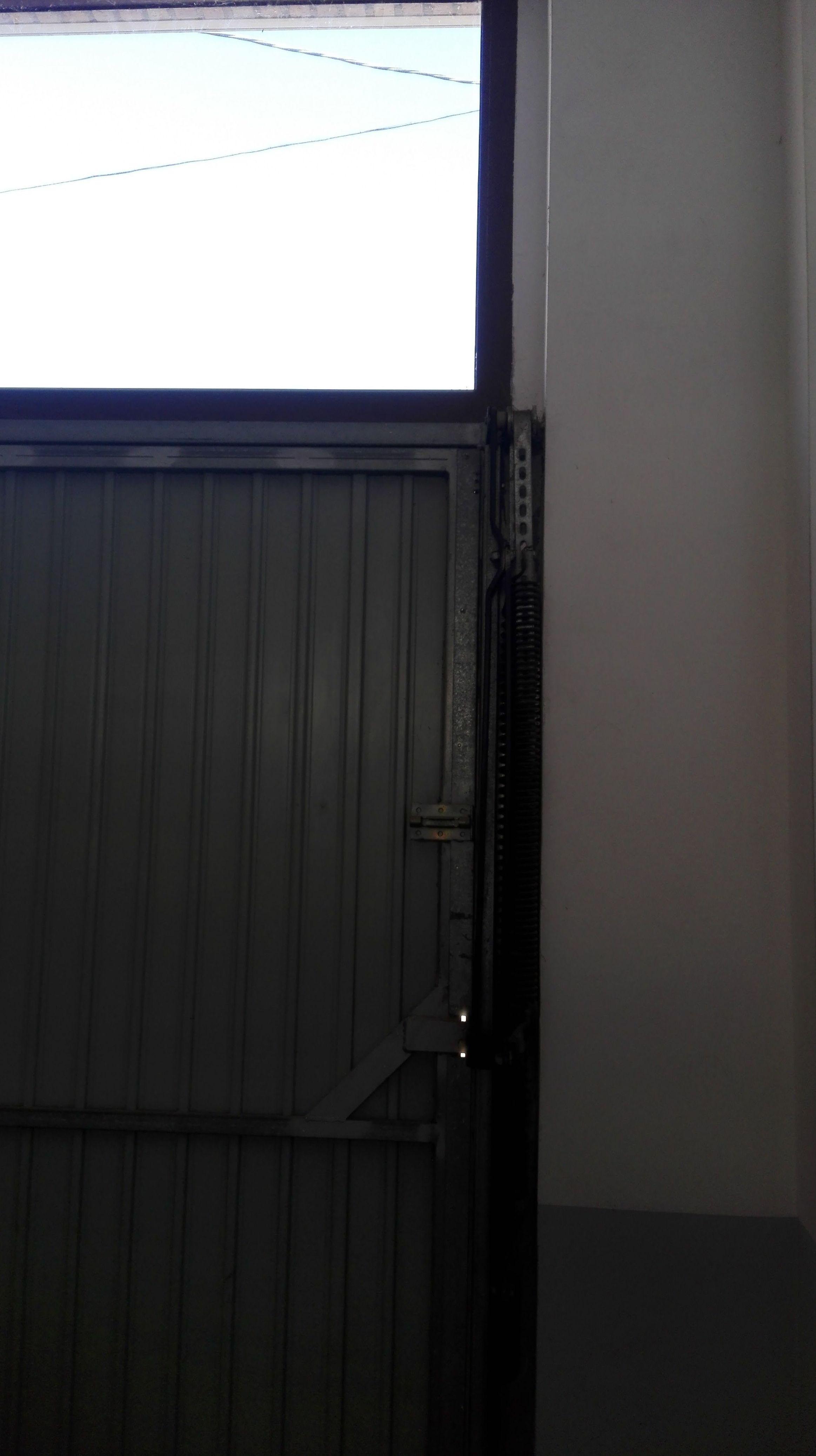 Puerta basculante de muelles no desbordante al exterior
