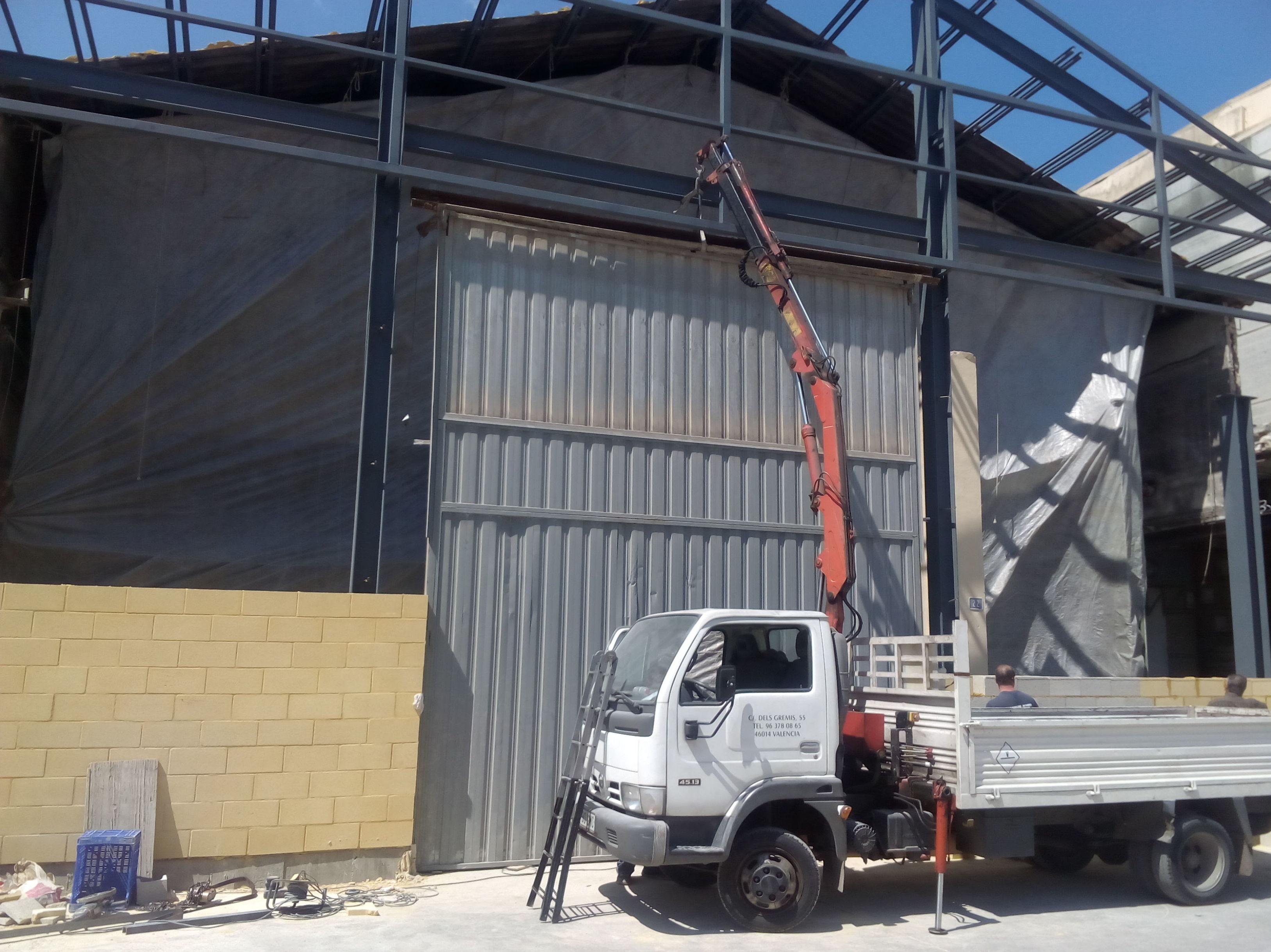 Montaje de puerta pre leva industrial