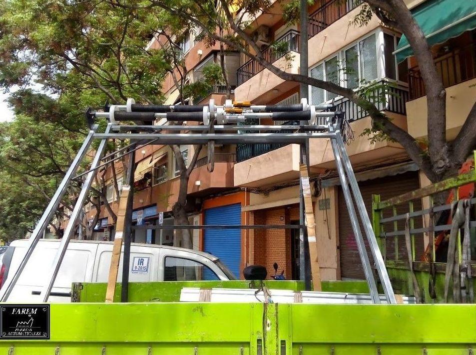 Puertas enrollables metálicas con guías y eje en premarco premontado