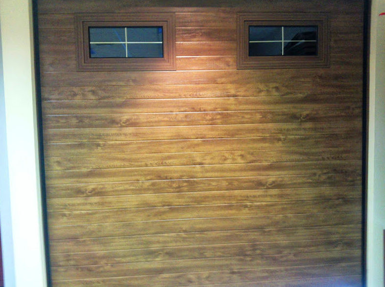 Puerta Seccional imitación madera ventanas batientes