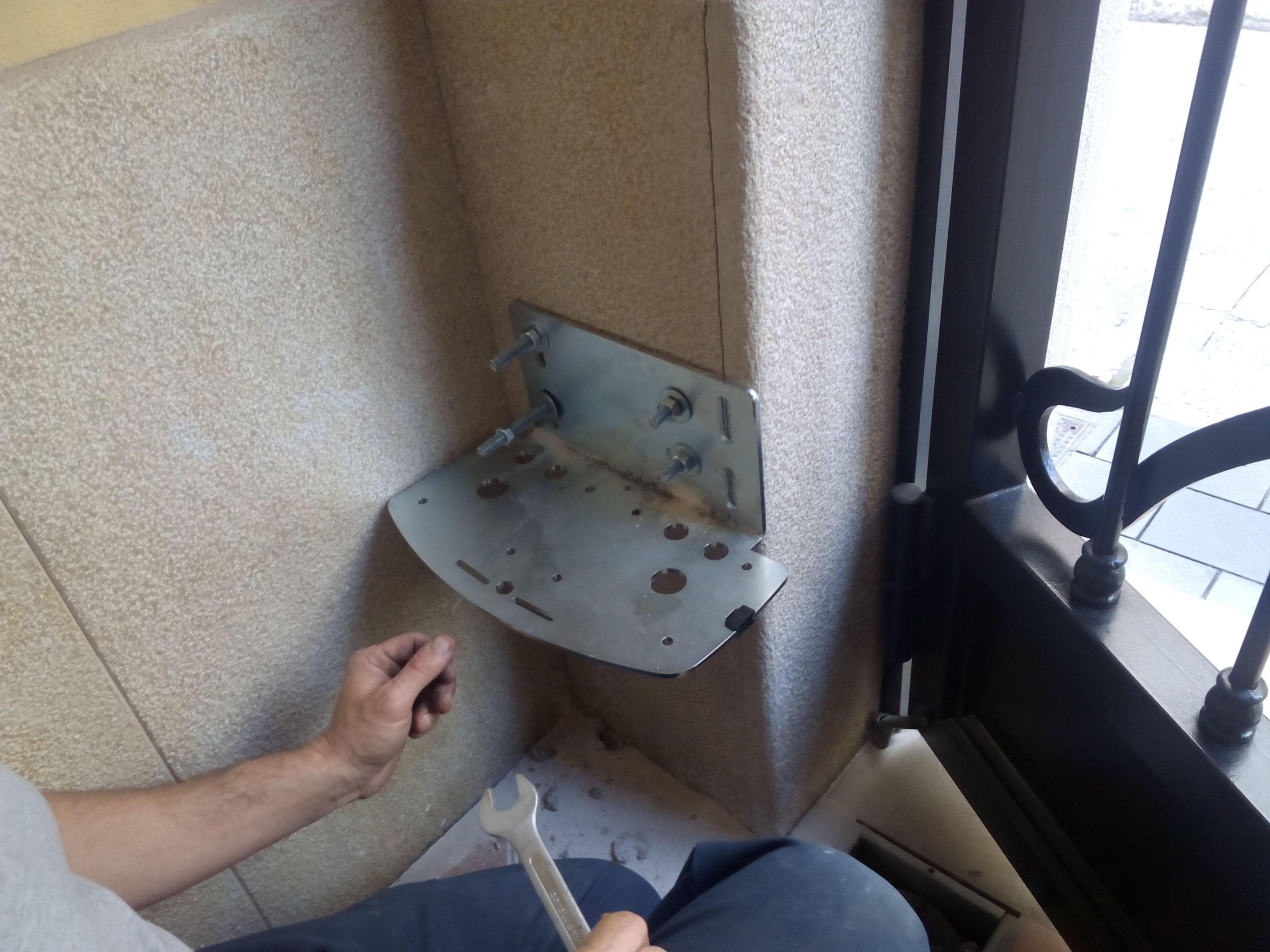 Espacio para placa motor puerta batiente articulado
