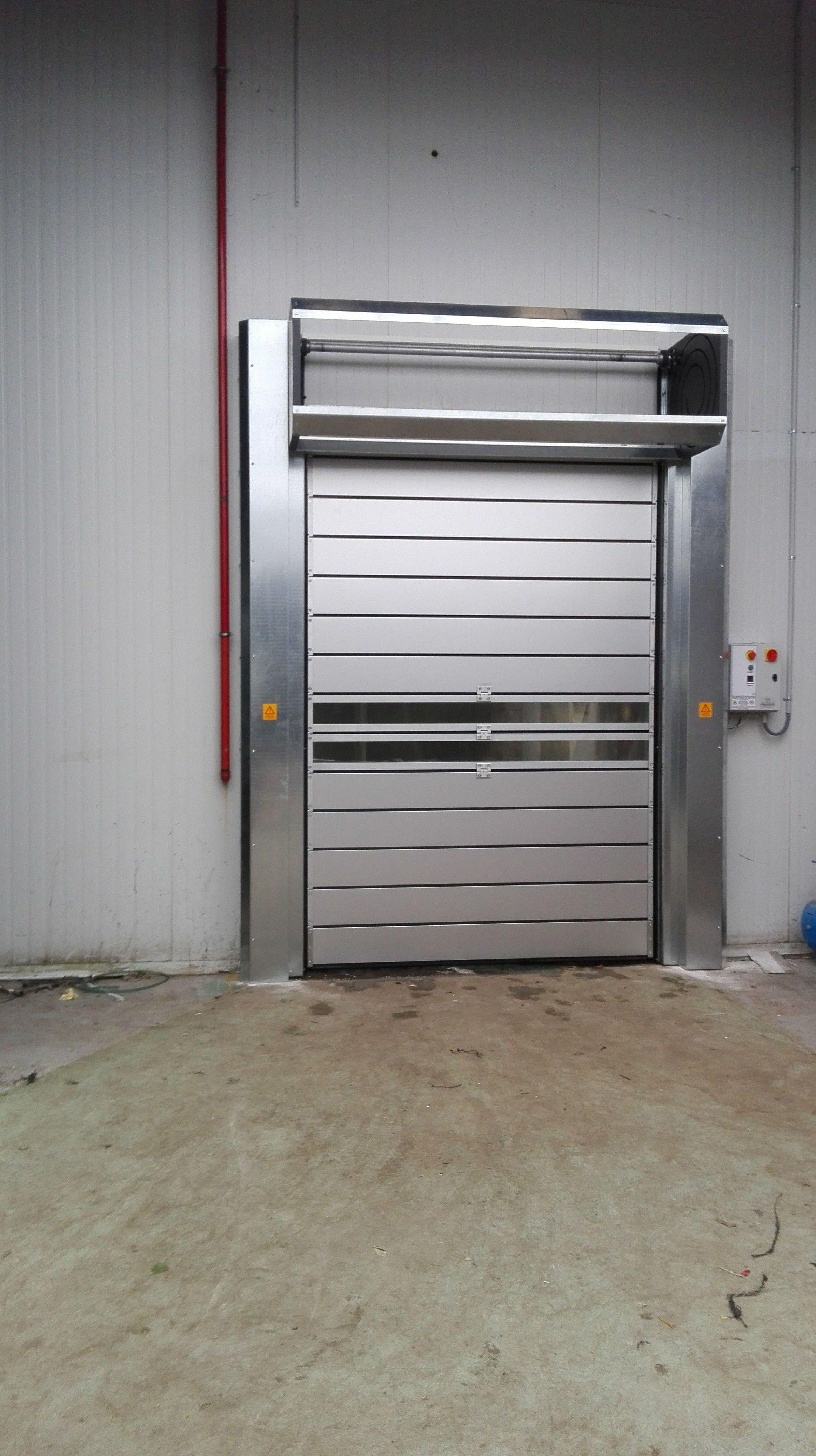 Puerta muy rápida para alimentación de paneles térmicos enrollables en espiral, con visión ventanas.