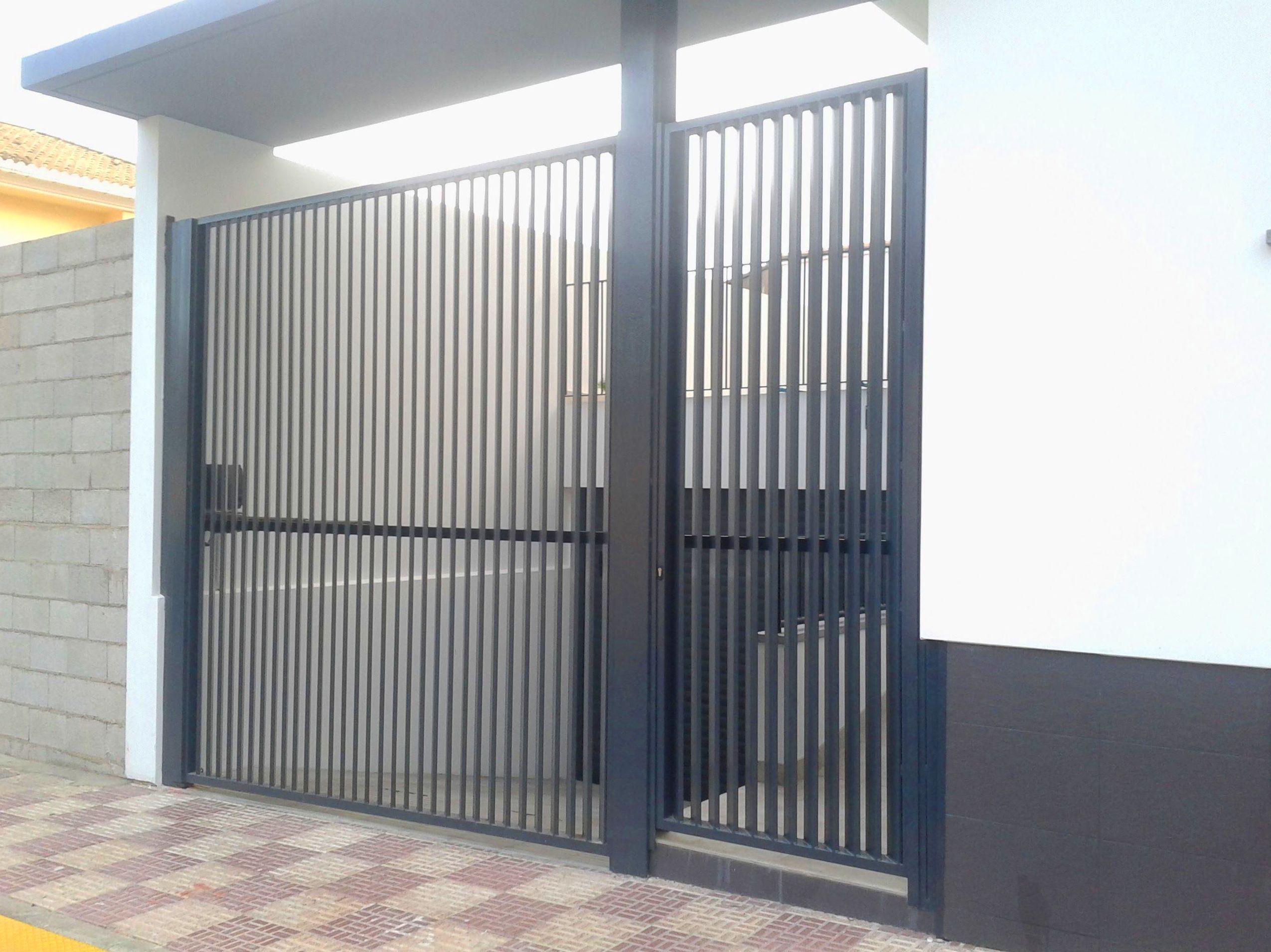 Puertas batiente metálica tipo mallorquina de lamas verticales