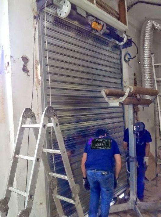 Montaje puerta metálica enrollable automática galvanizada