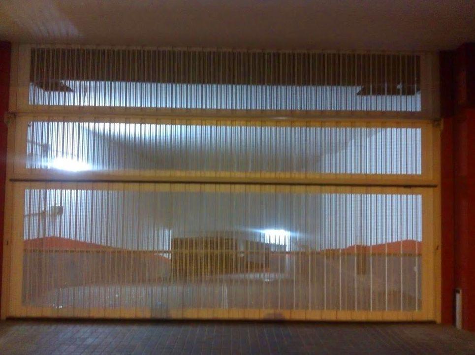 Puerta basculante de contrapesos pre leva chapa microperforada