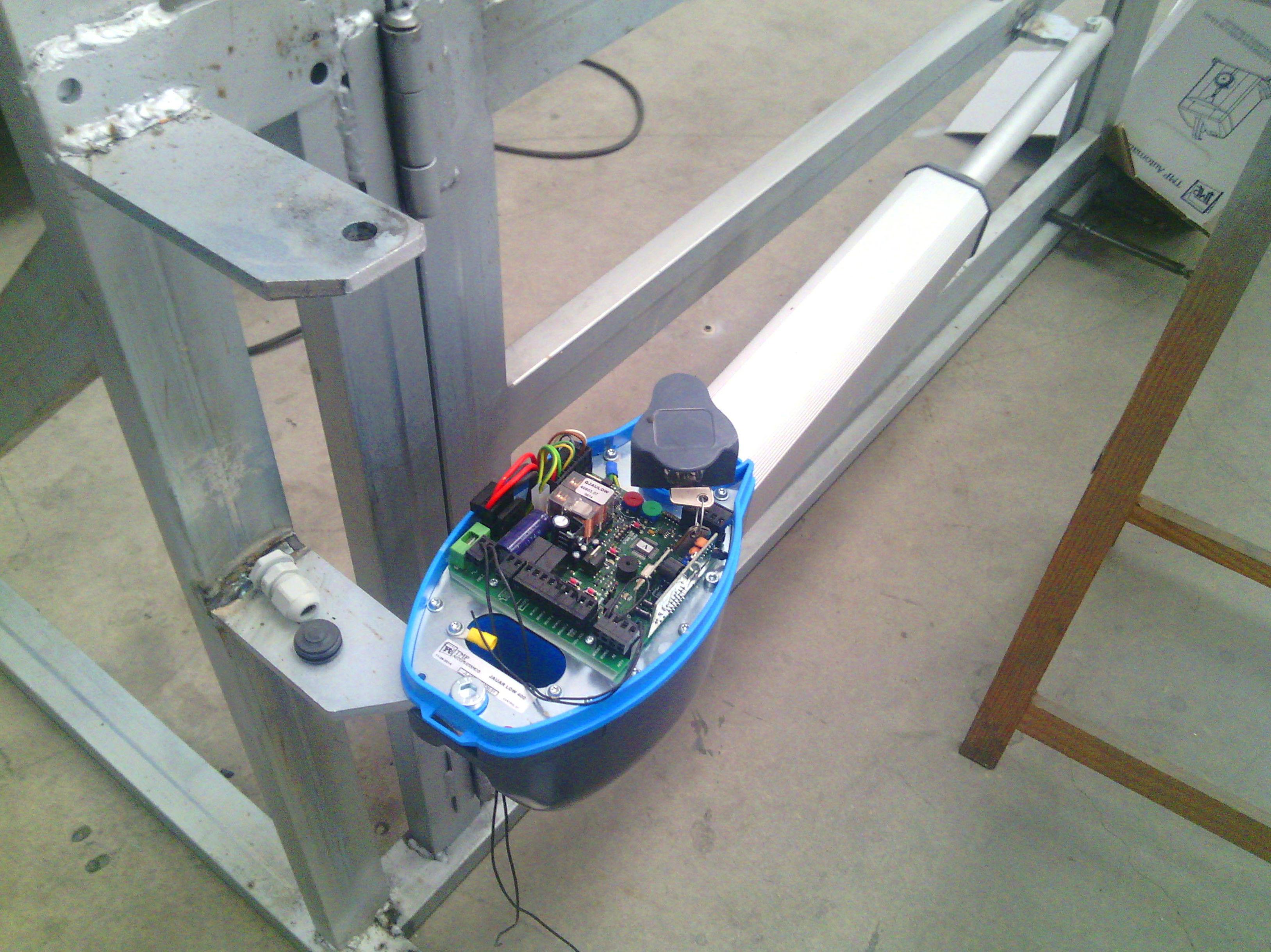 Motor electromecánico para puerta batiente  24 Voltios con cuadro incorporado