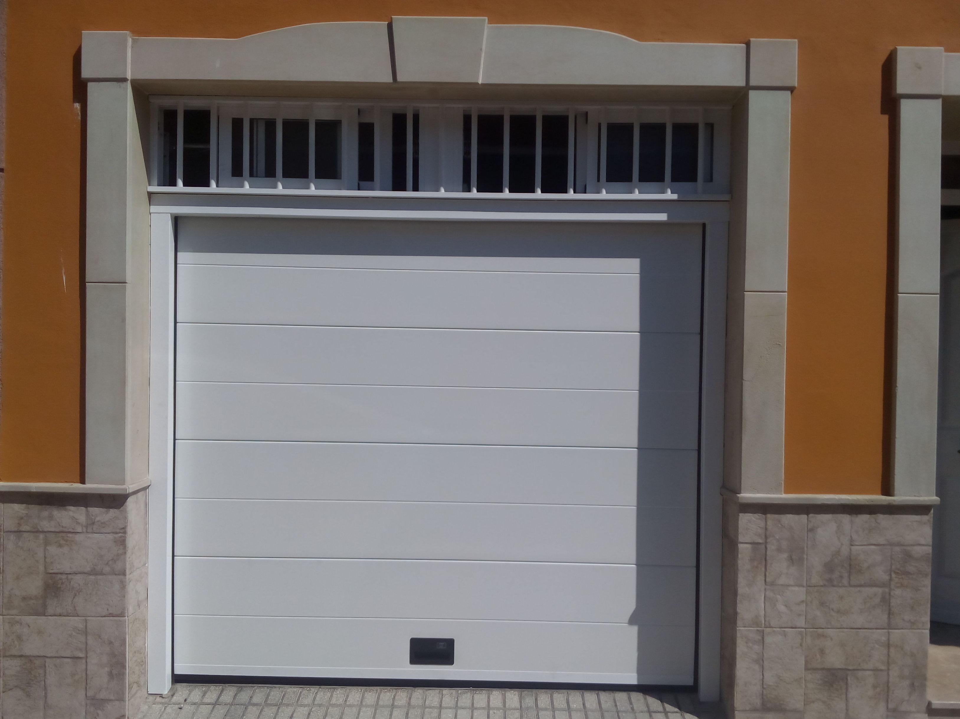 Puerta seccional panel liso de un canal marco forrado mismo color