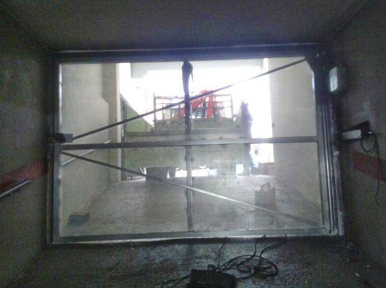 Puerta batiente comunitaria de chapa lisa micro perforada