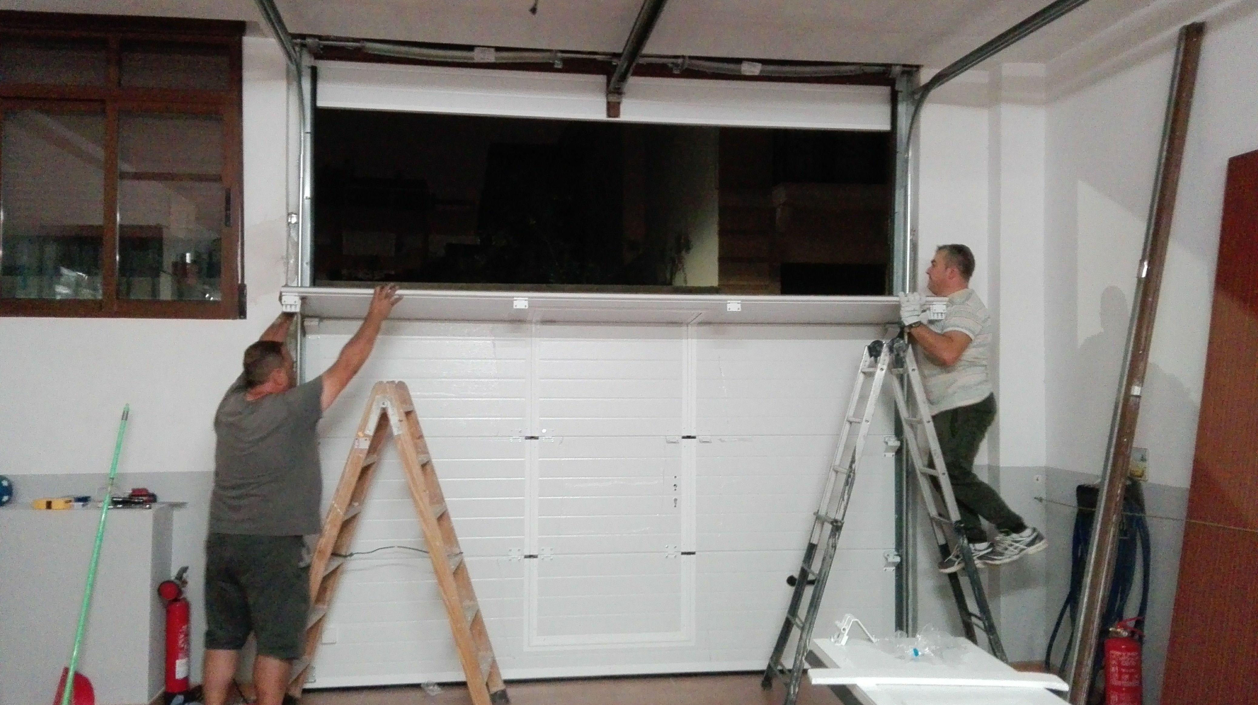 Montaje de paneles de puerta seccional con puerta peatonal inscrita (incorporada)