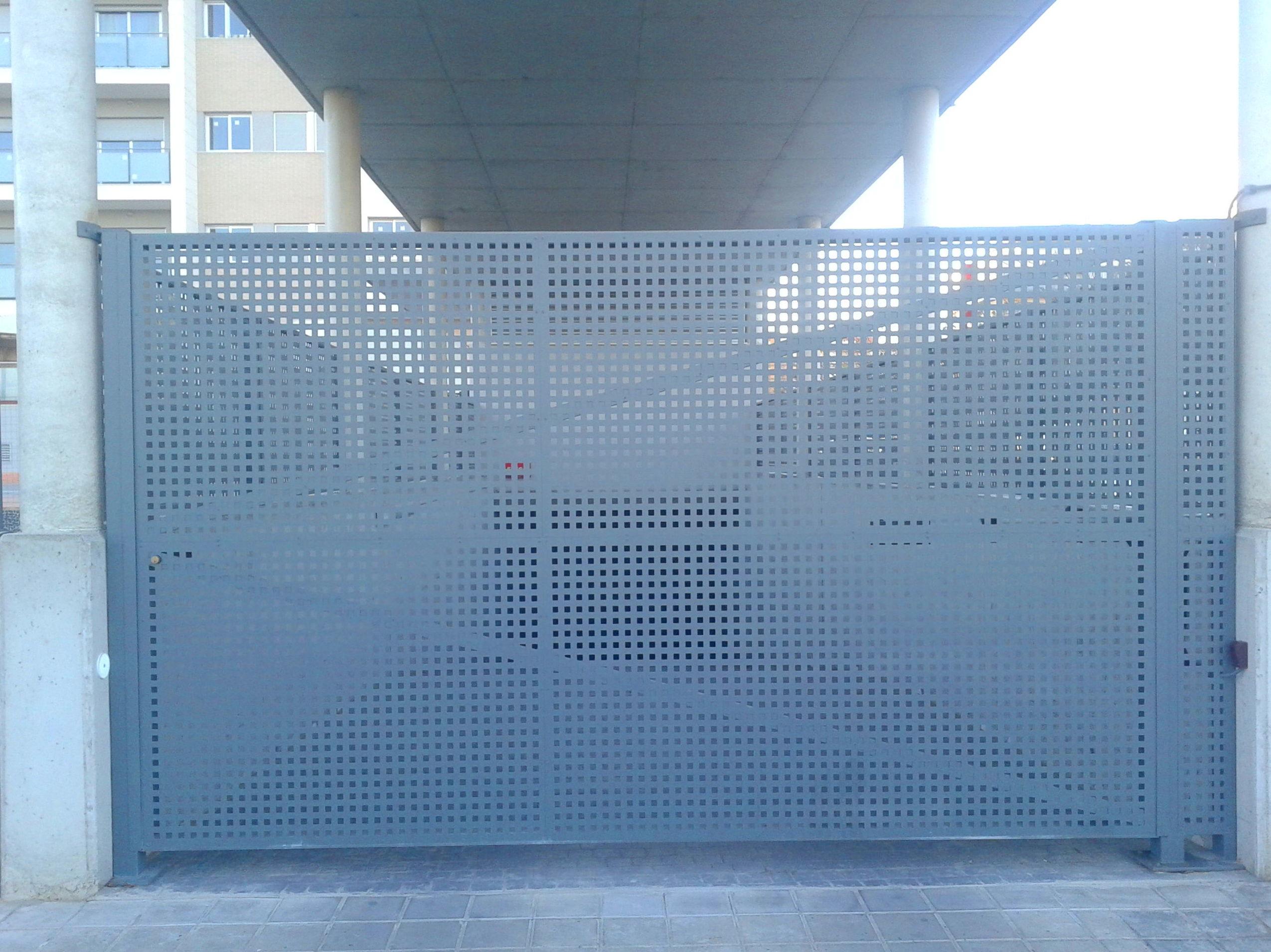Puerta Batiente comunitaria de chapa troquelada