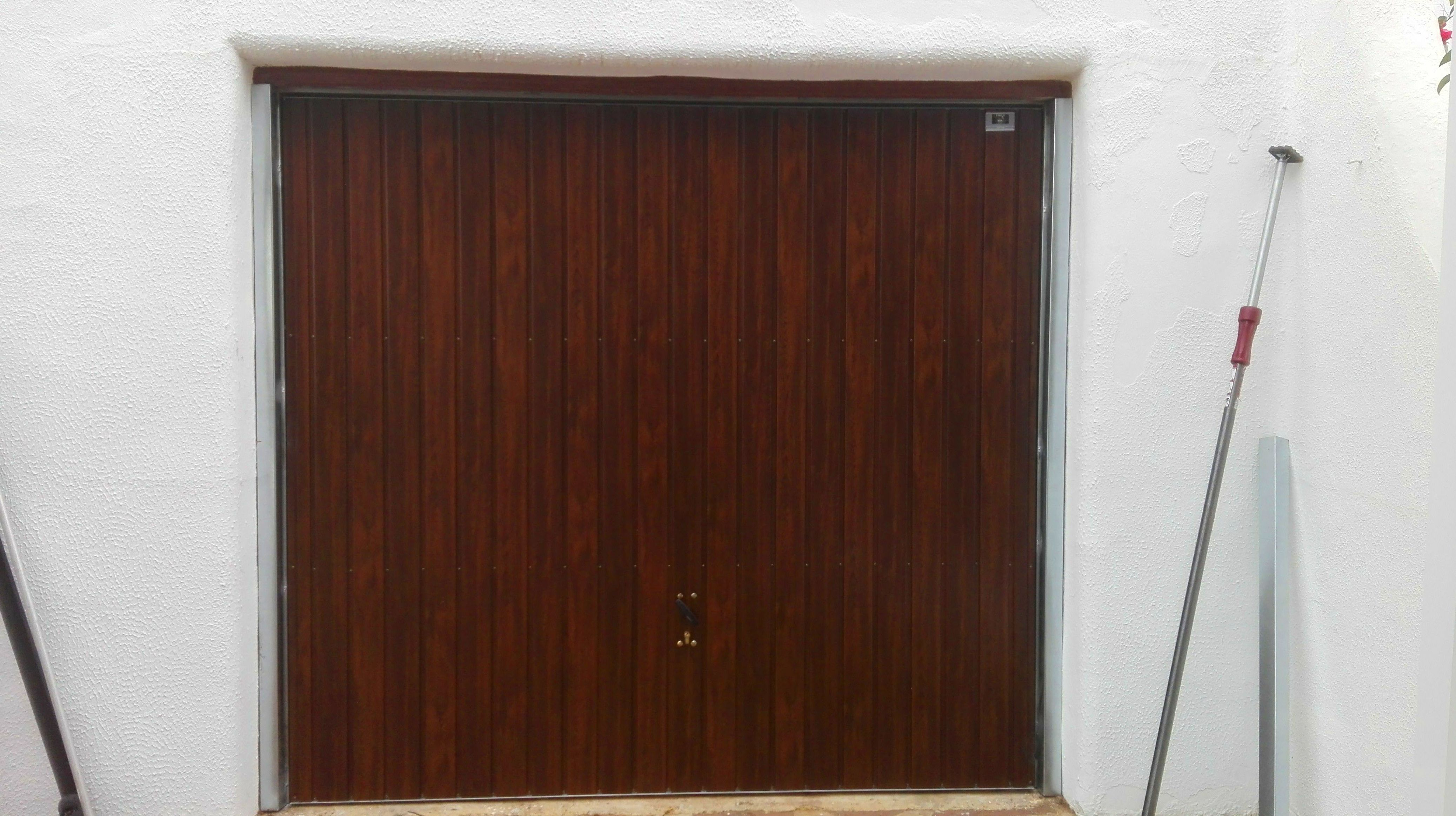 Puerta basculante de muelles imitación madera